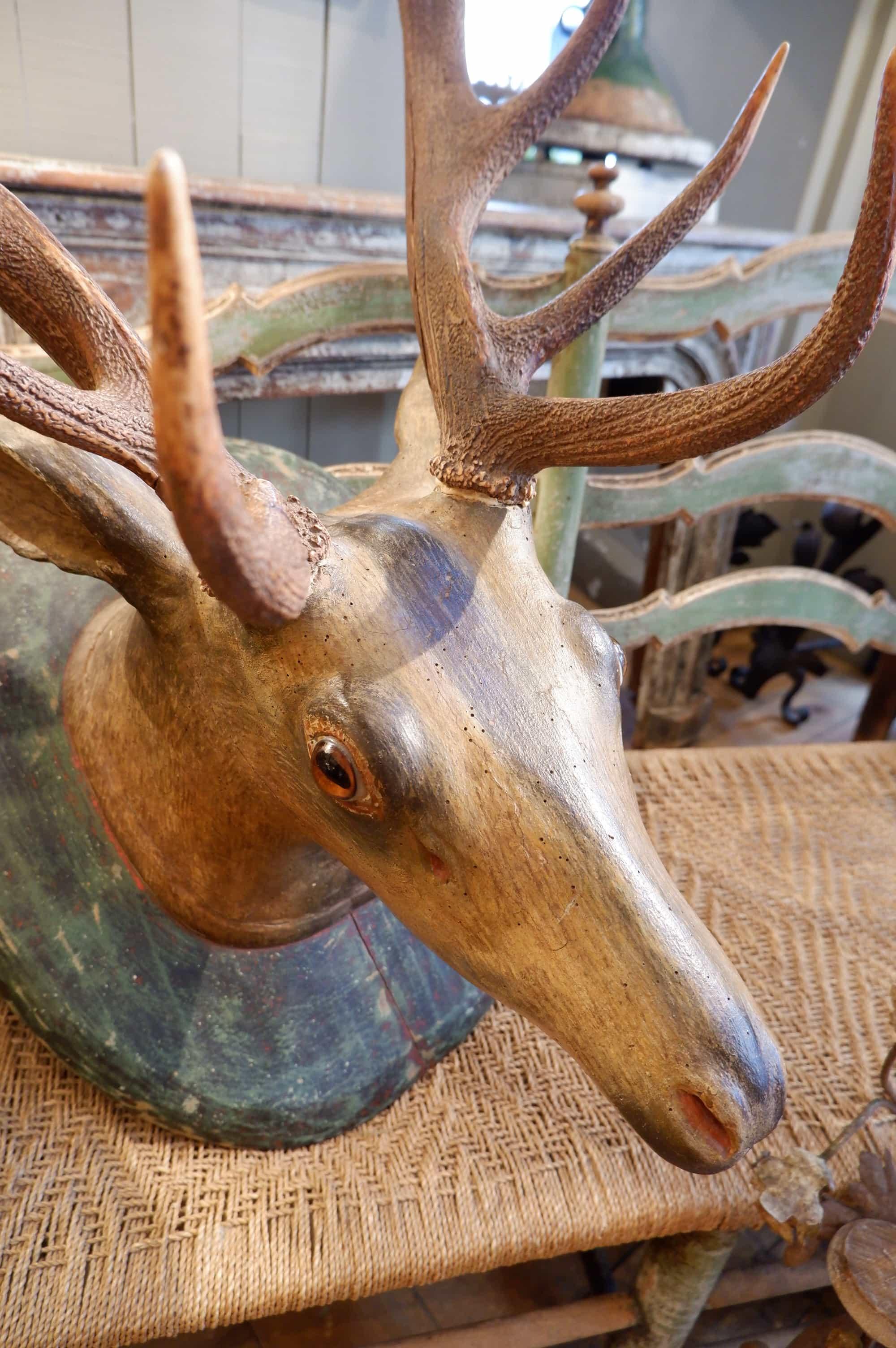Tête de cerf en bois sculpté polychrome XIXe