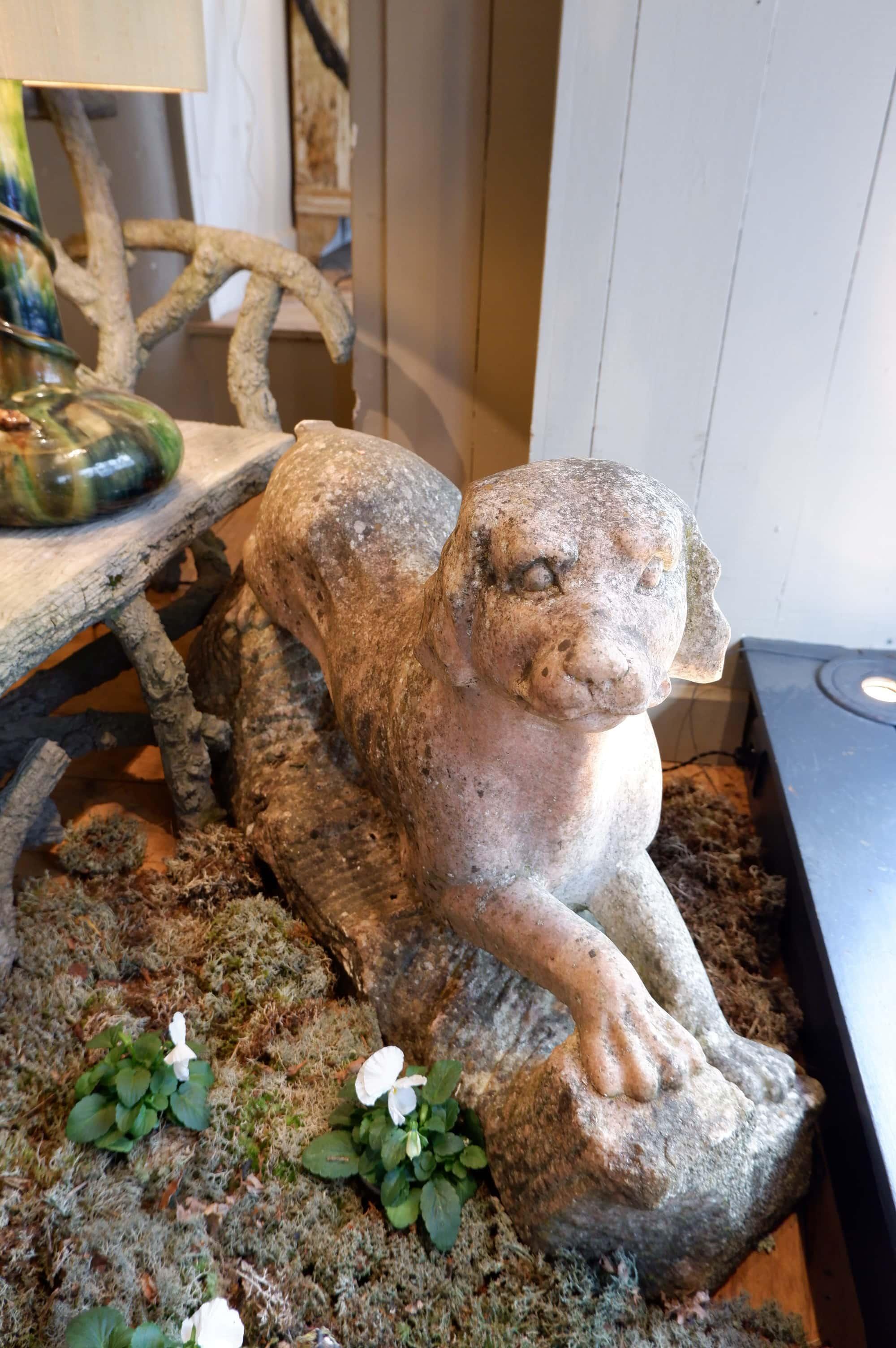 Chien en granit rose sculpté – Angleterre fin XIXe