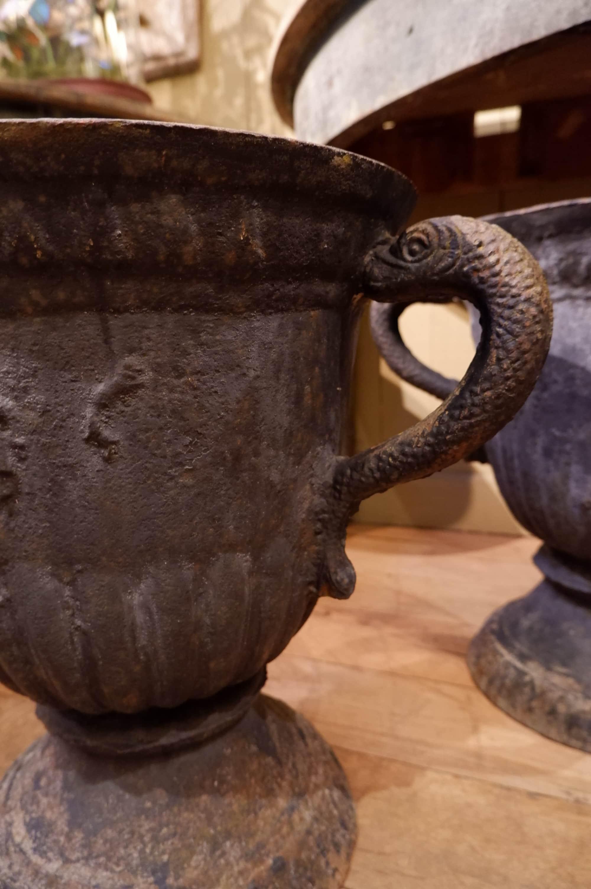 Suite de 4 grands vases période Louis XIV en fonte de fer bleu marine – Anses poissons
