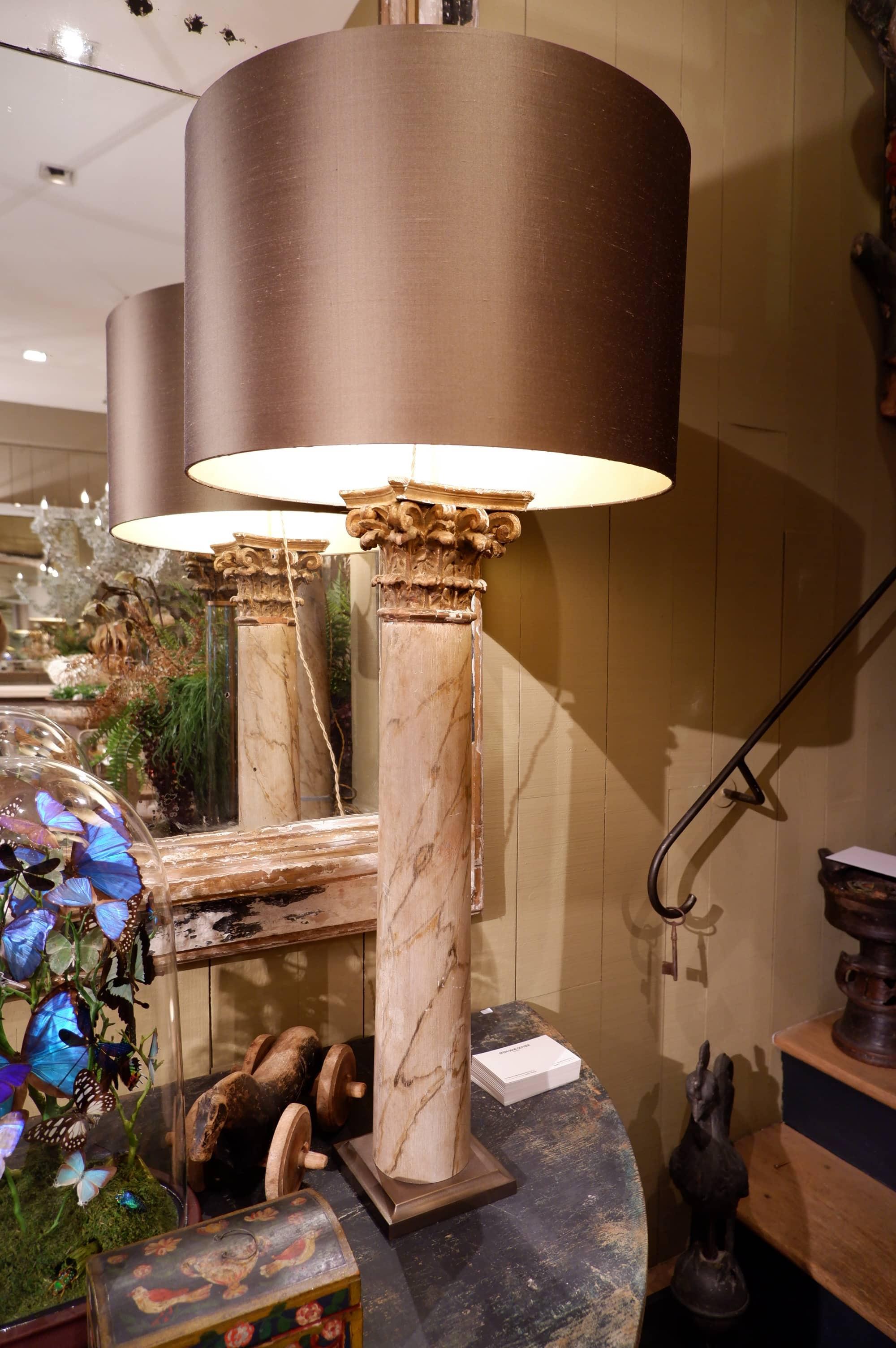 PAIRE DE LAMPES COLONNES FAUX MARBRE ET CHAPITEAUX DORES + AJ SOIE BRONZE