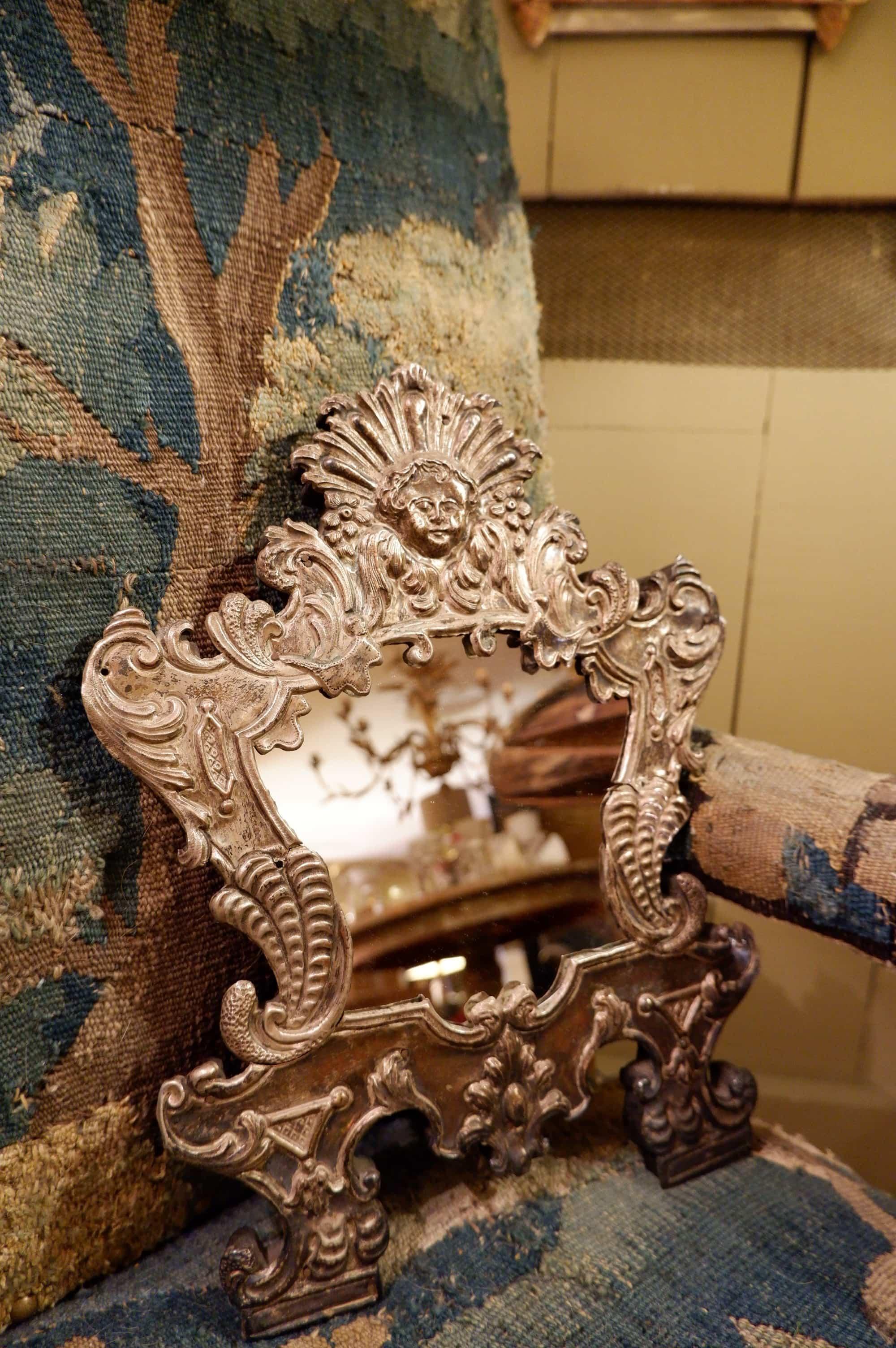Paire de petits miroirs en métal argenté décor baroque d'angelots ca.1900