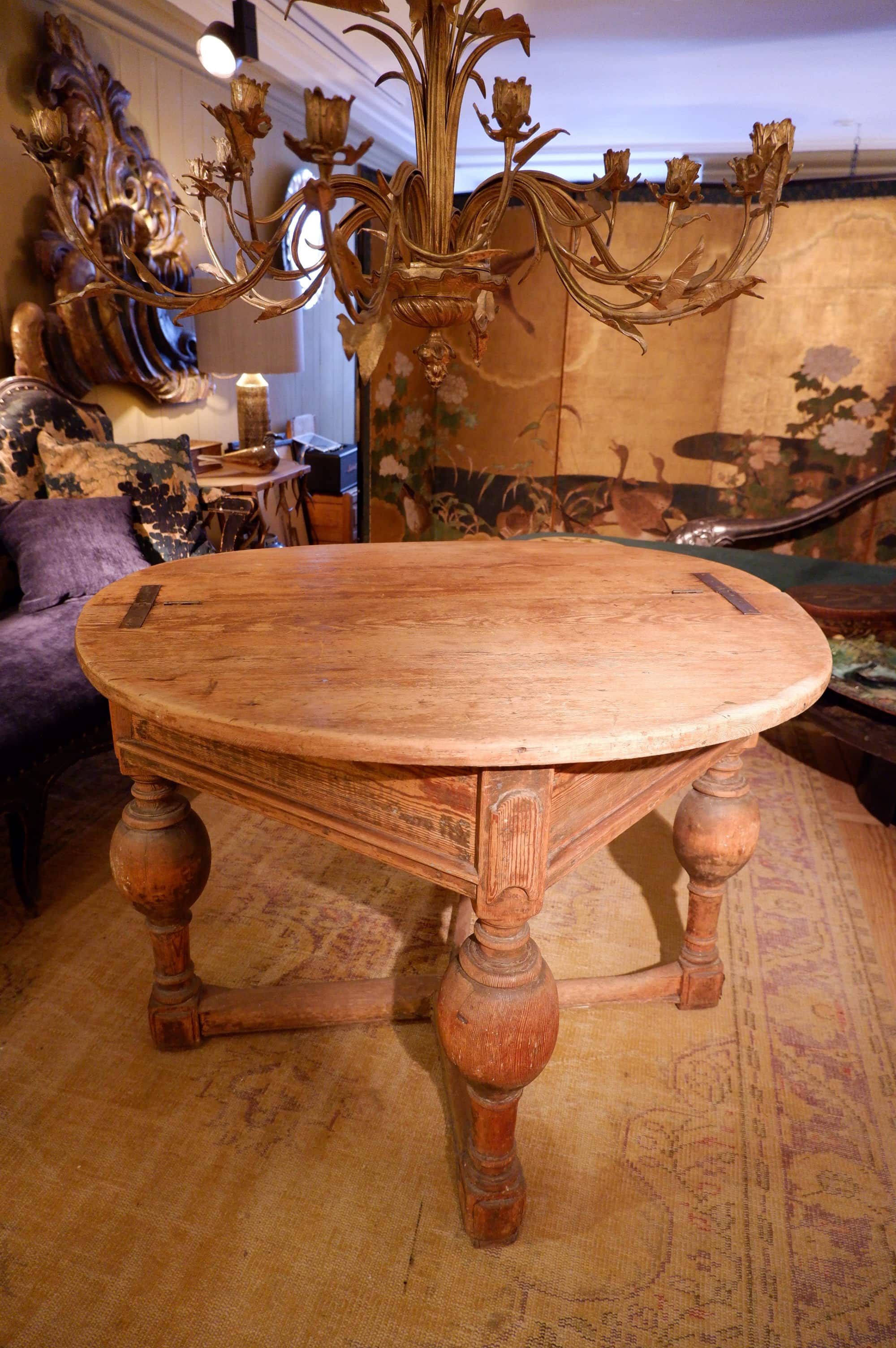 TABLE RONDE BAROQUE PLATEAU PLIANT EN PIN NATUREL CA.1800
