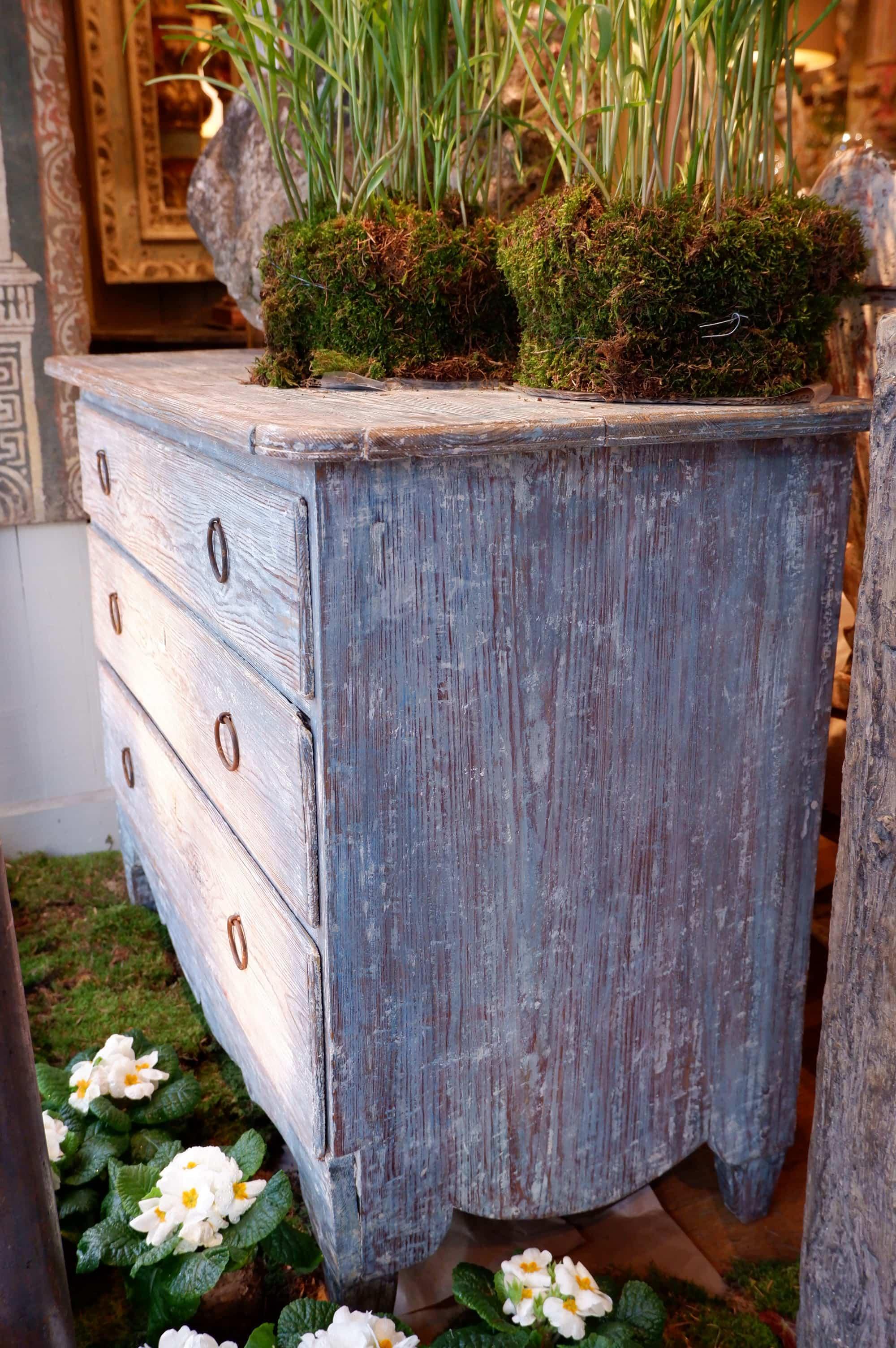 Commode gustavienne en bois peint bleu XIXe