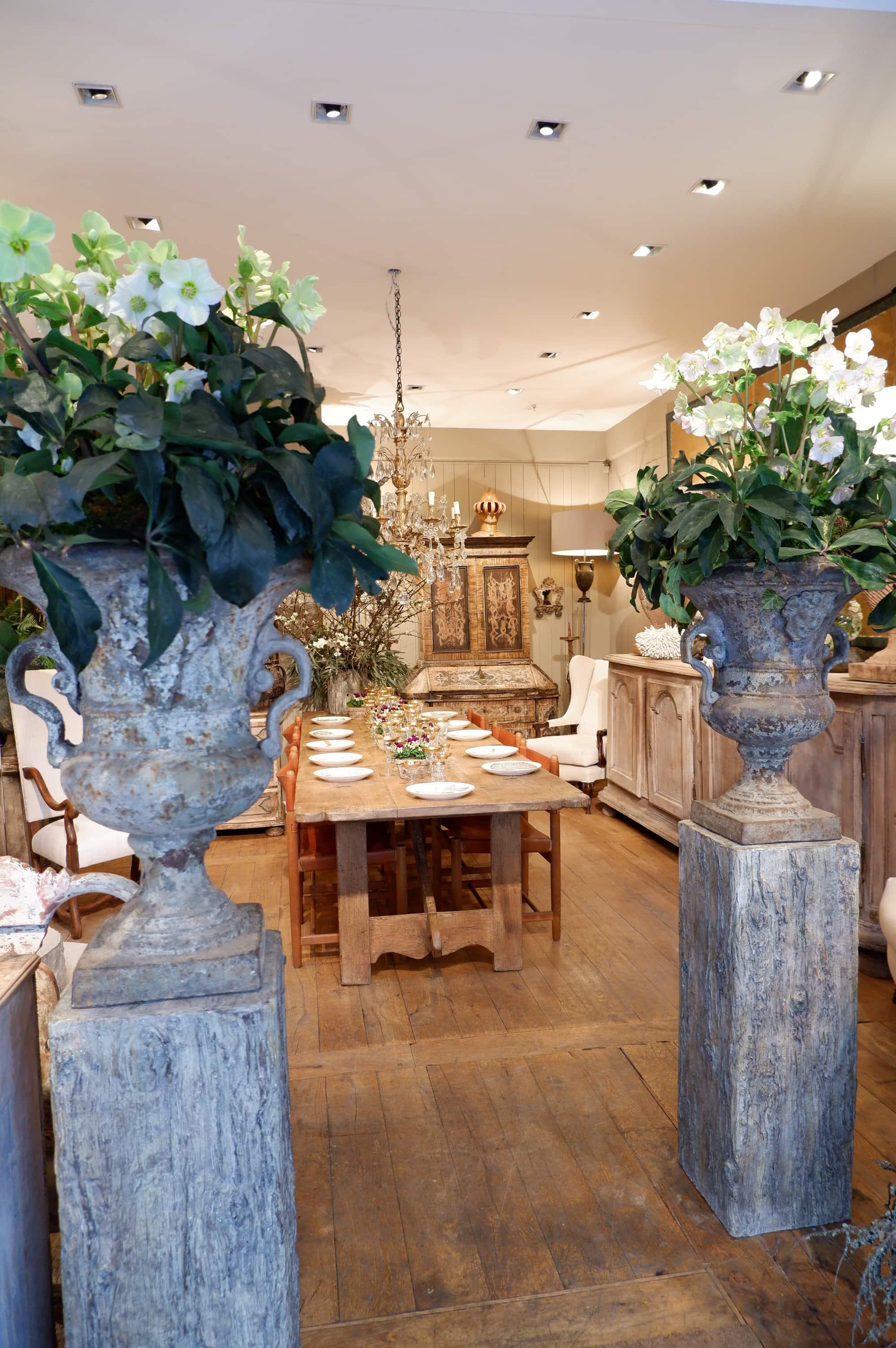 Paire de grands vases en fonte à Mascarons – Période Louis XIV