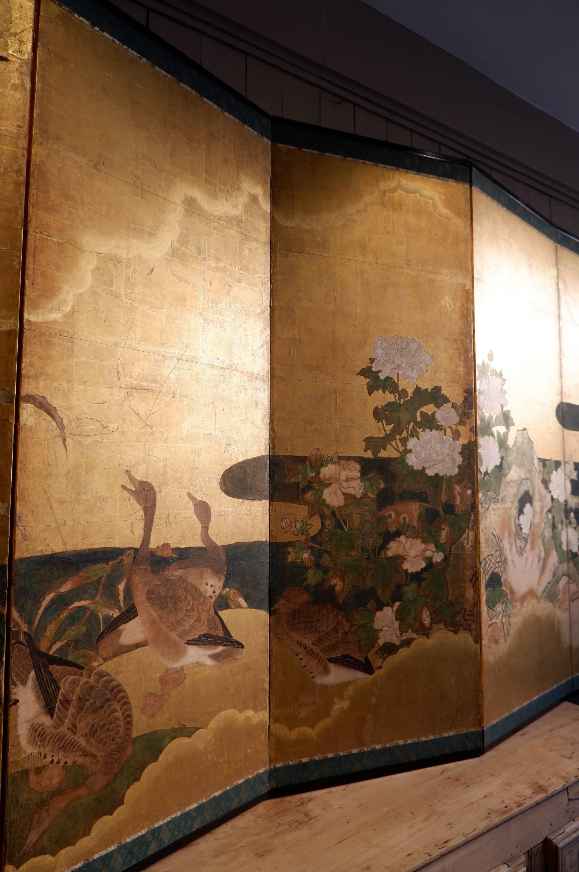 Paravent japonais à 6 feuilles – fond à la feuille d'or décor d'oies et pivoine arbustive – Période Meiji fin XIXE