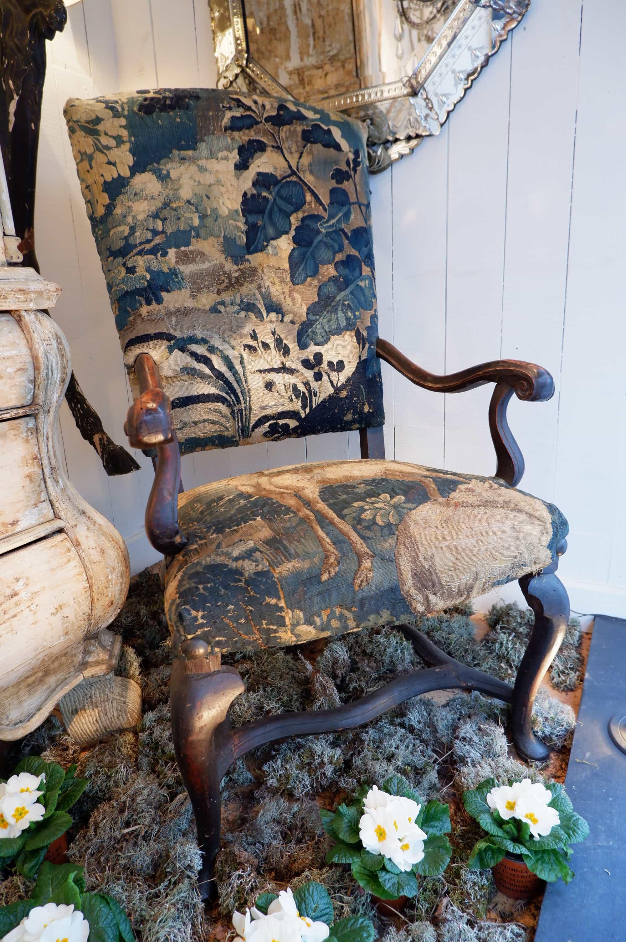 Paire de grands fauteuils en noyer fin XVIIe recouverts de tapisserie