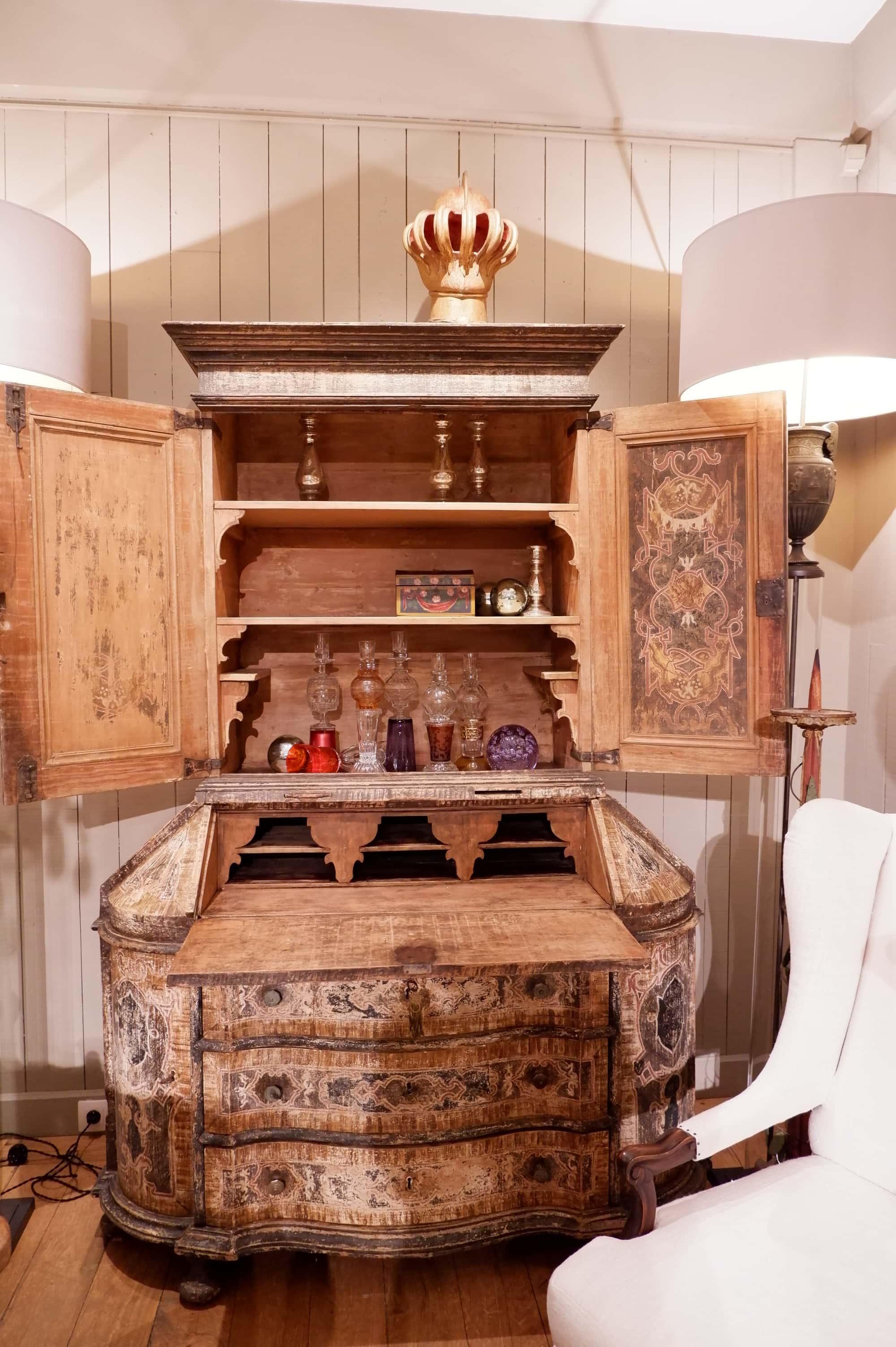 Grand cabinet double-corps florentin en bois peint XVIIIe