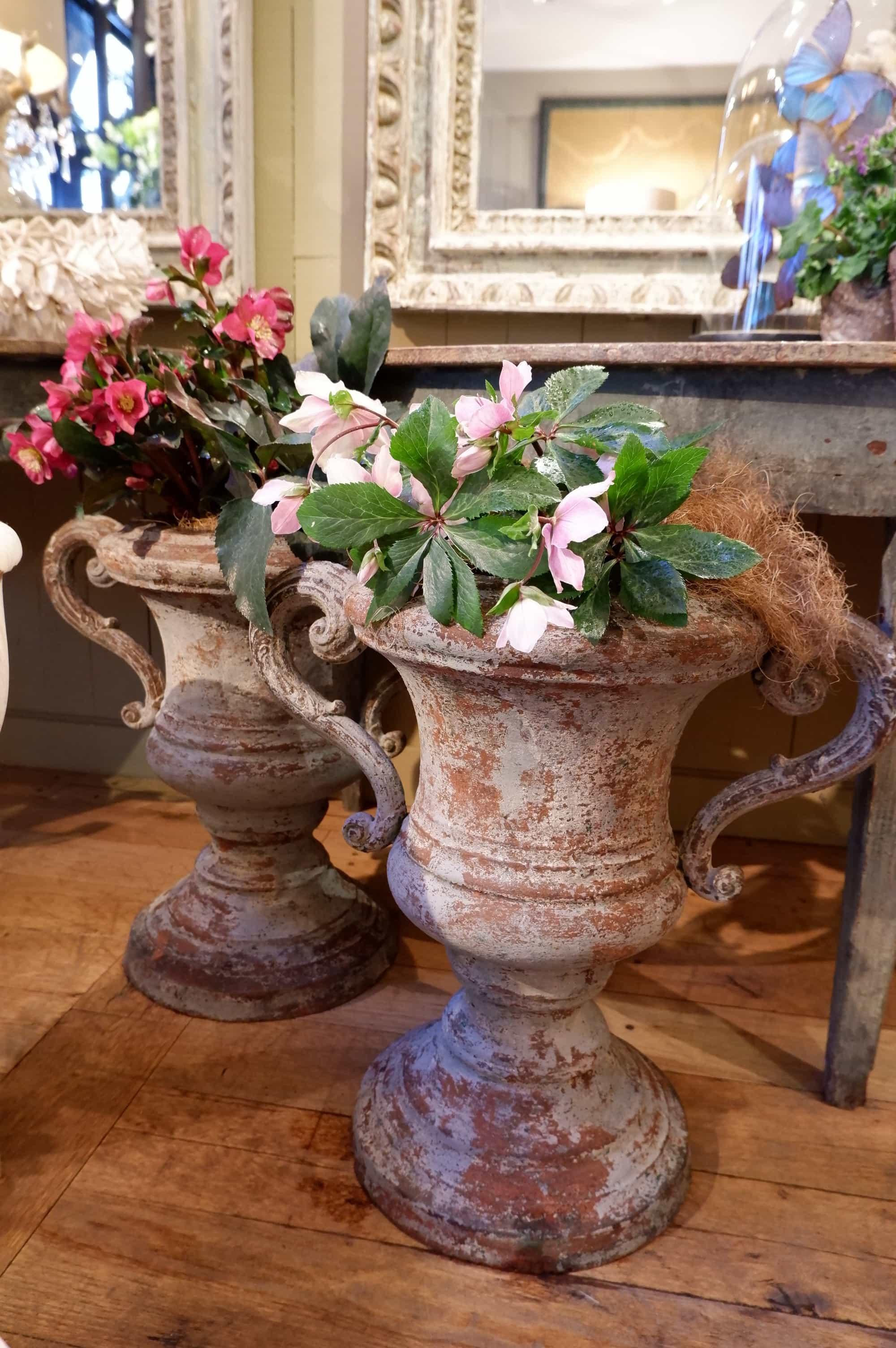 Paire de grands vase en fonte gris clair anses volutes ca.1800