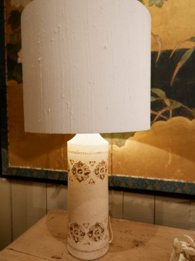 Pair of ceramic table lamps decorated with brown flowers - ca.1960 + silk shades