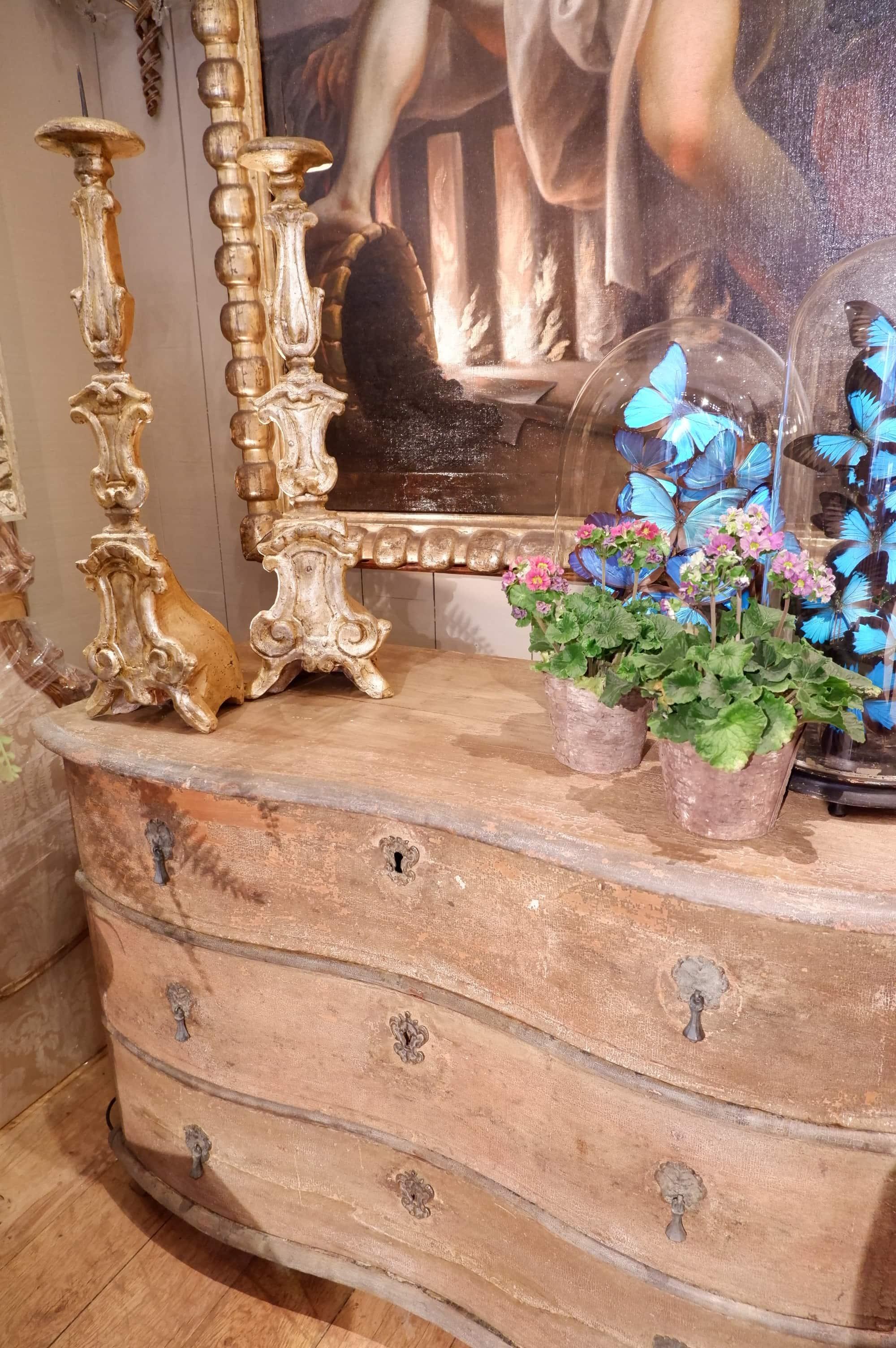 Commode galbée patine rouge brique ca.1800