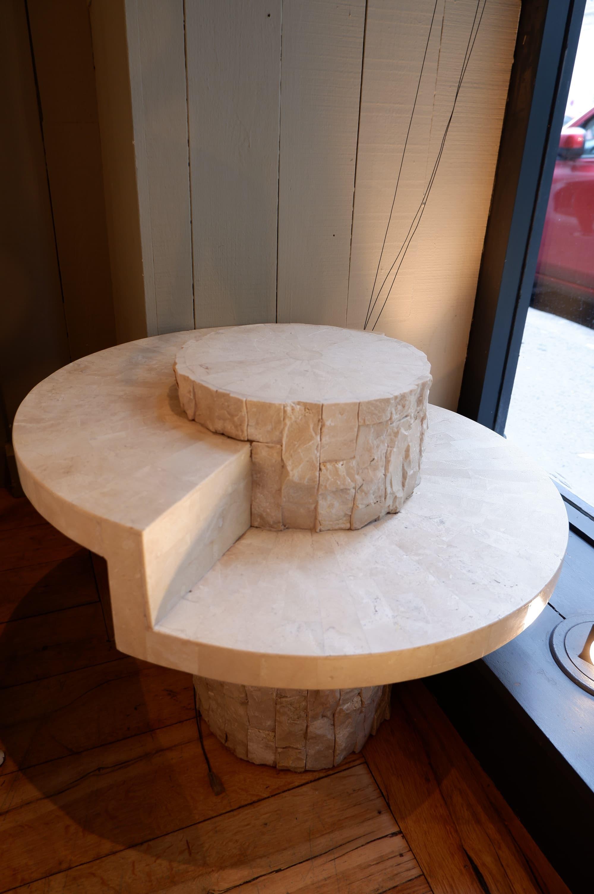 Petite table basse ou side table en plaquage de travertin ca.1970