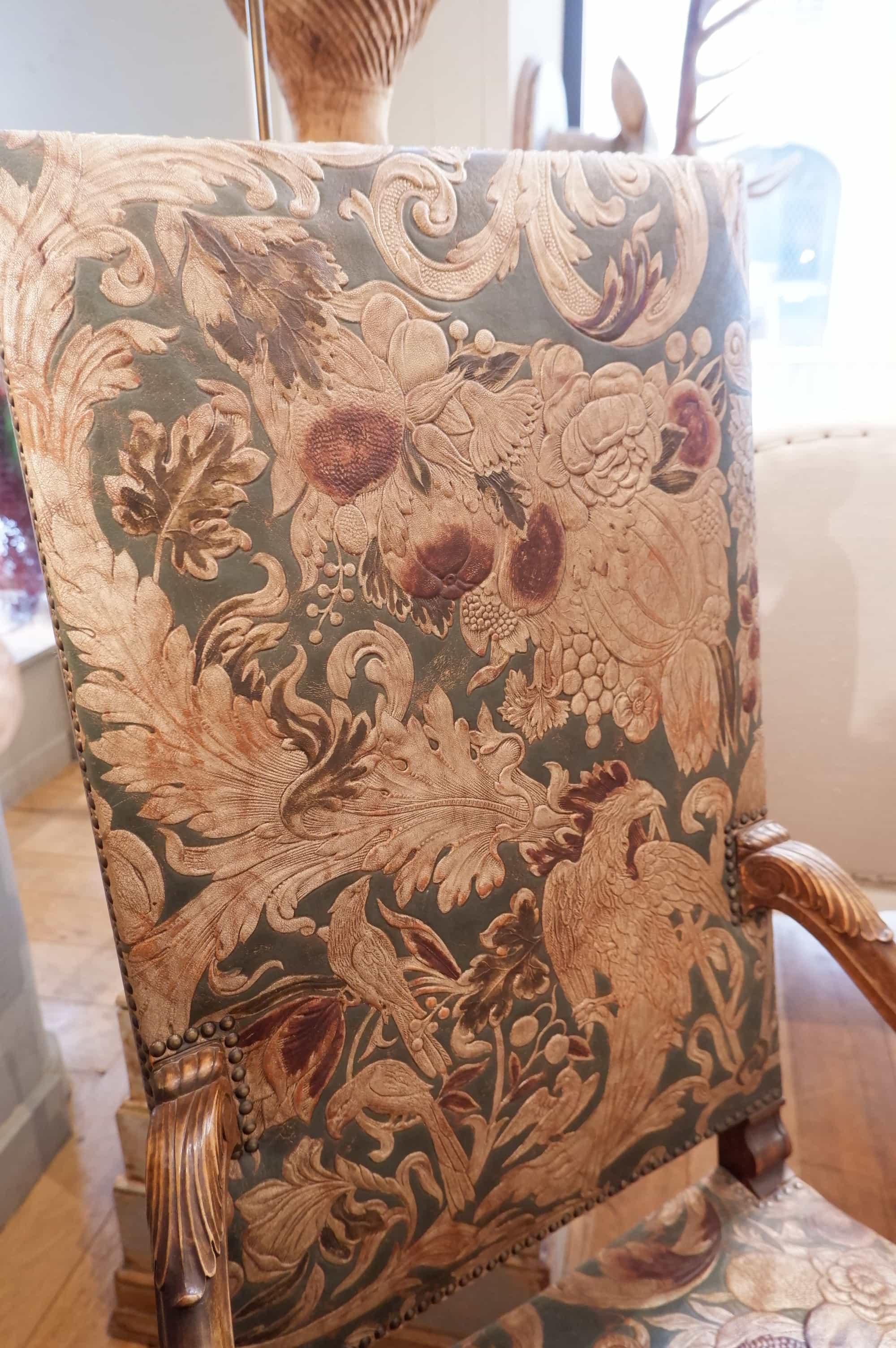 Fauteuil à haut dossier en cuir de Cordoue polychrome fin XIXe