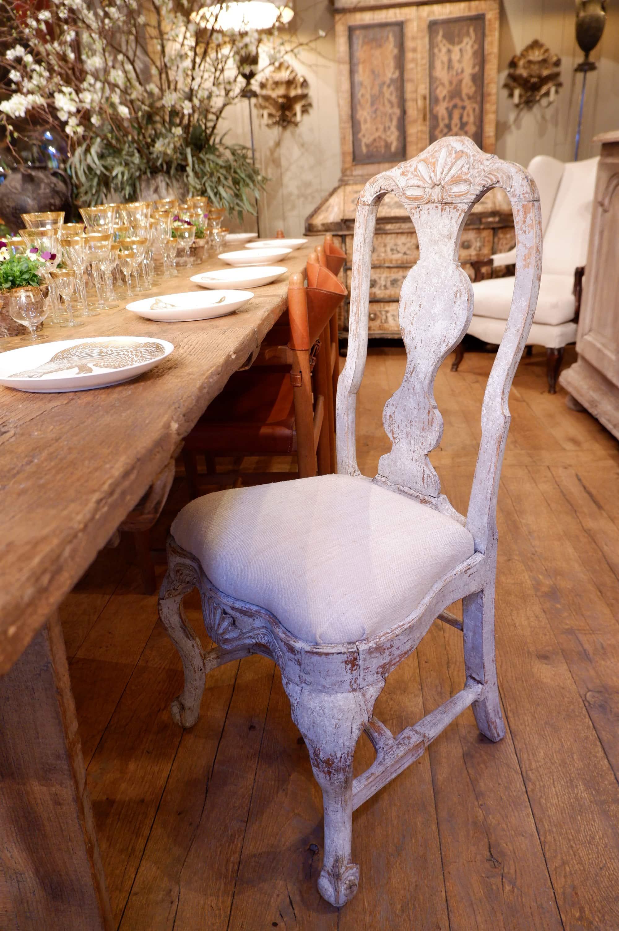 Suite de 10 chaises Roccoco suédoises patine blanche – XVIIIe