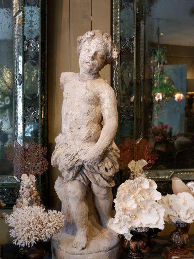 Sculpture d'un putto en terre cuite – allégorie de l'été ca.1800