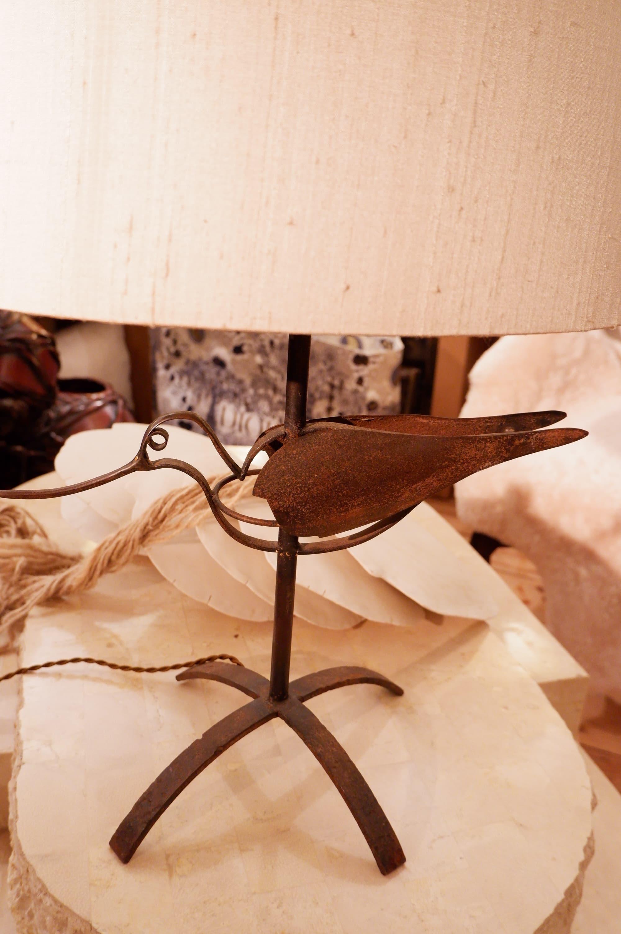 """Lampe """"oiseau"""" en fer oxydé + AJ ovale en soie"""