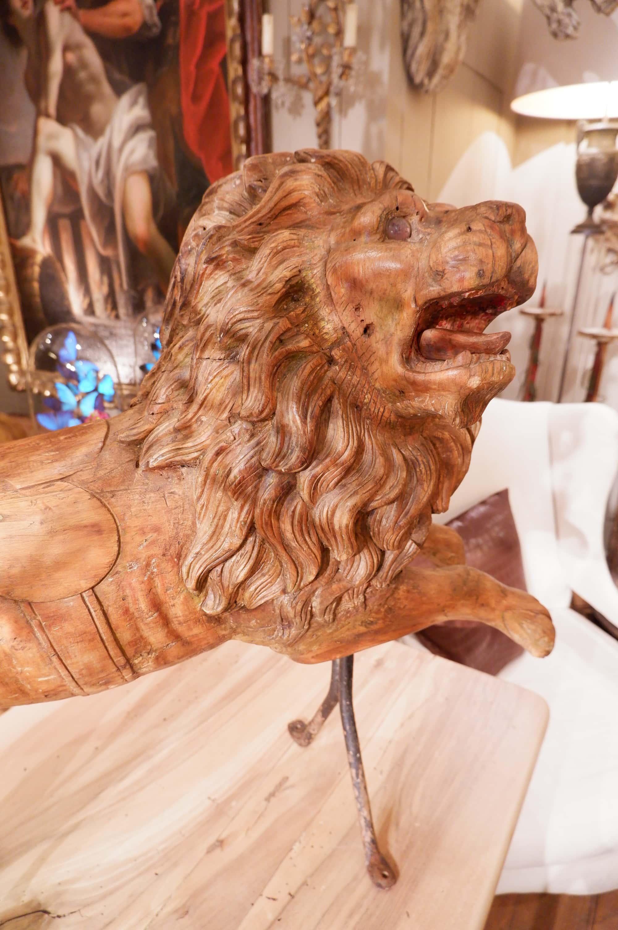 Grand lion de manège en bois sculpté – Italien époque XVIIIe
