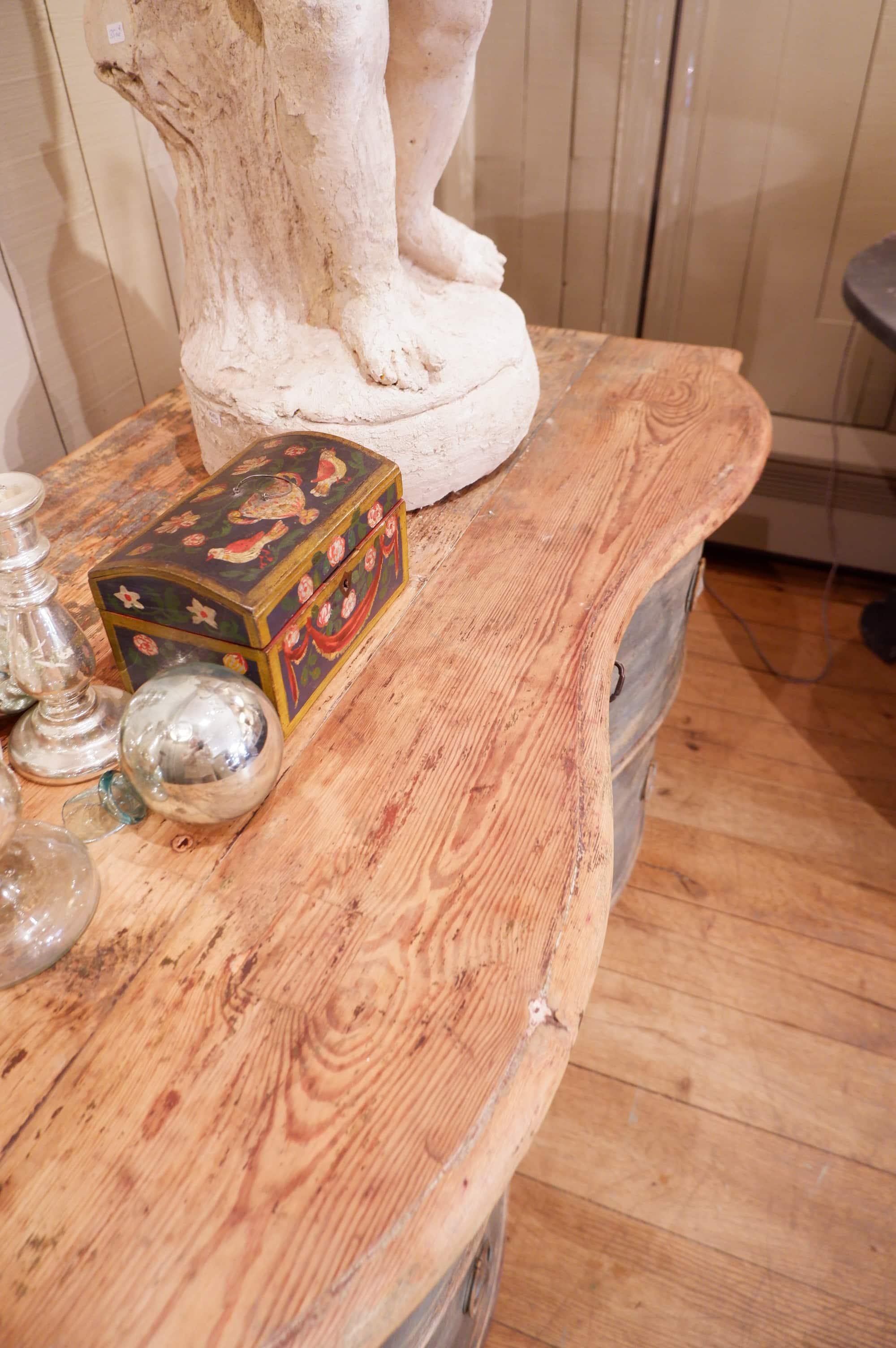 Commode galbée à 2 tiroirs patine bleu vif – Provence ca.1800