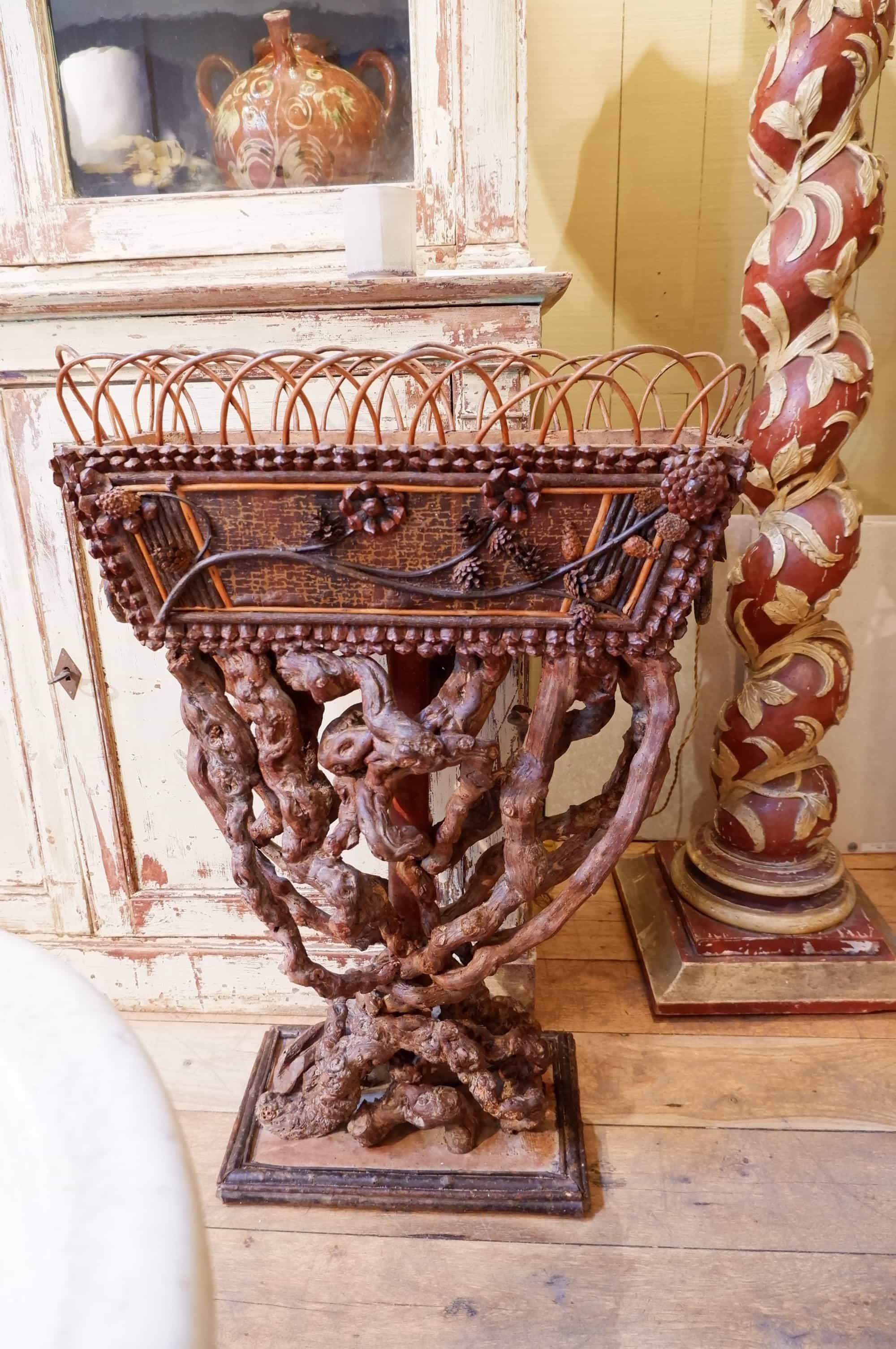 Jardinière haute Arte-povera décor d'écorces et ceps de vignes ca.1900