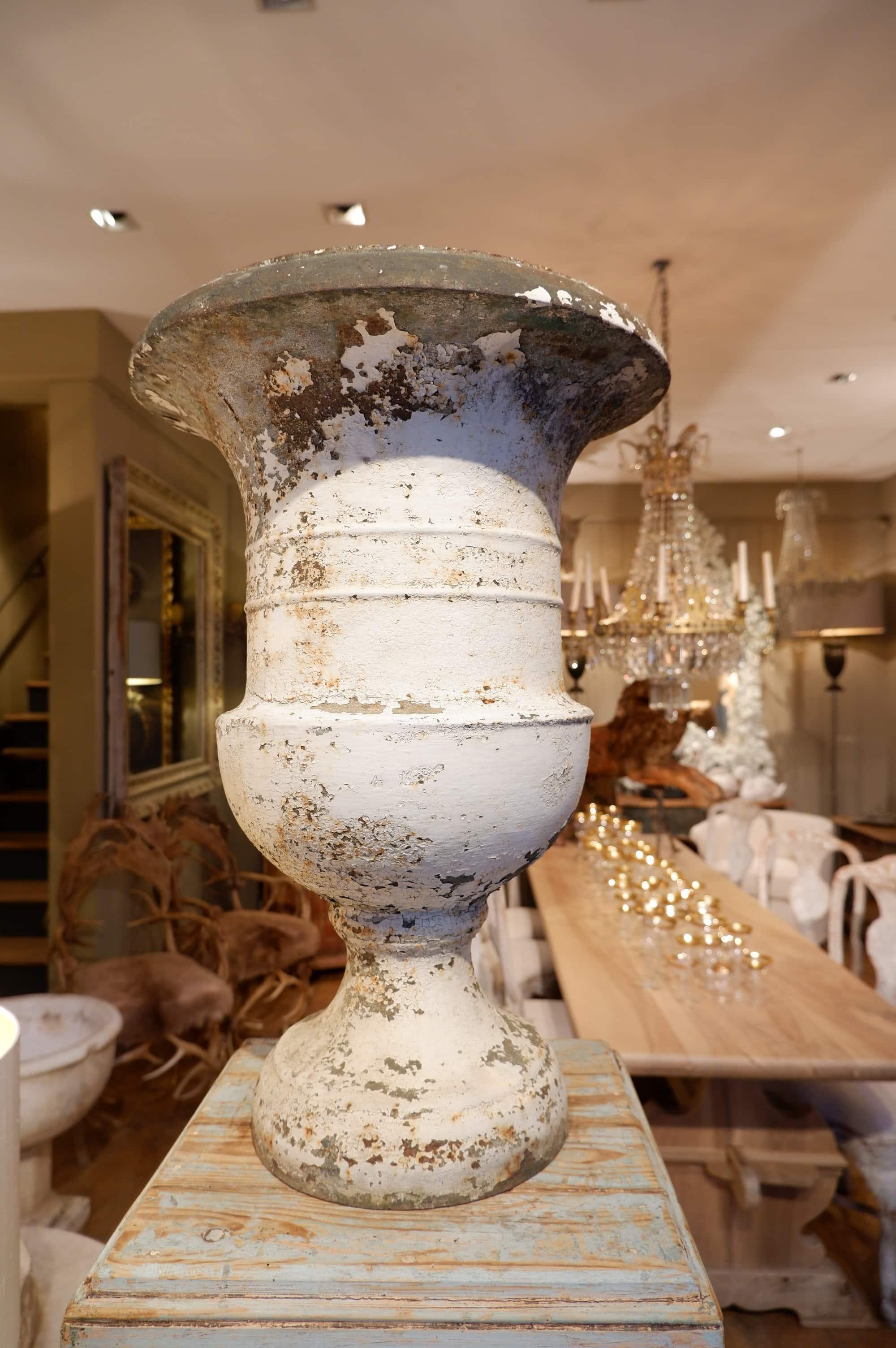 Paire de vases Médicis en fonte XIXE -décor ruban plat