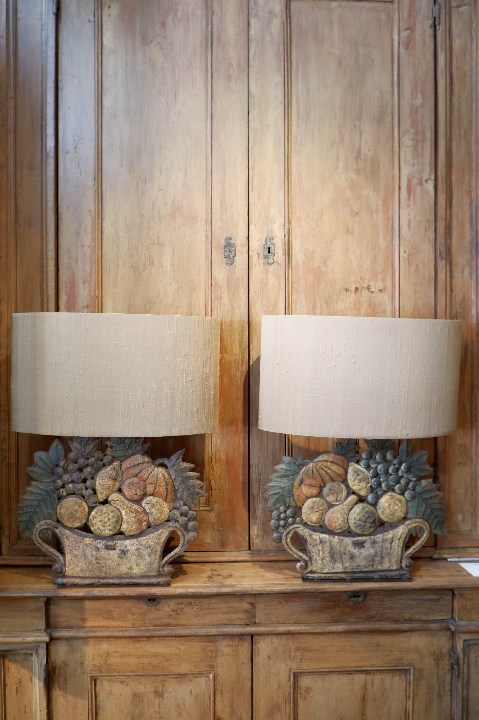 Paire de lampes en tôle polychrome, paniers de fruits + AJ ovales