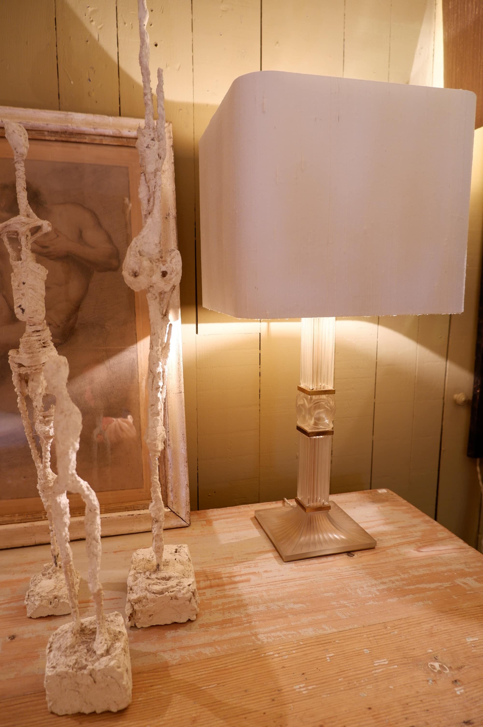 Lampe à poser en cristal Lalique décor cygne sur  socle laiton doré ca.1950