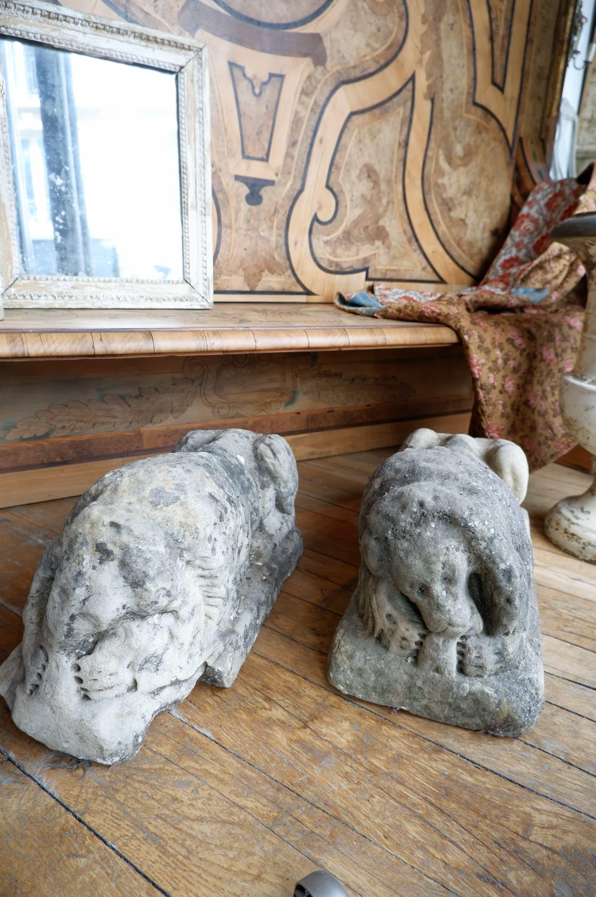 Une paire de lions en pierre sculptée fin XVIIe