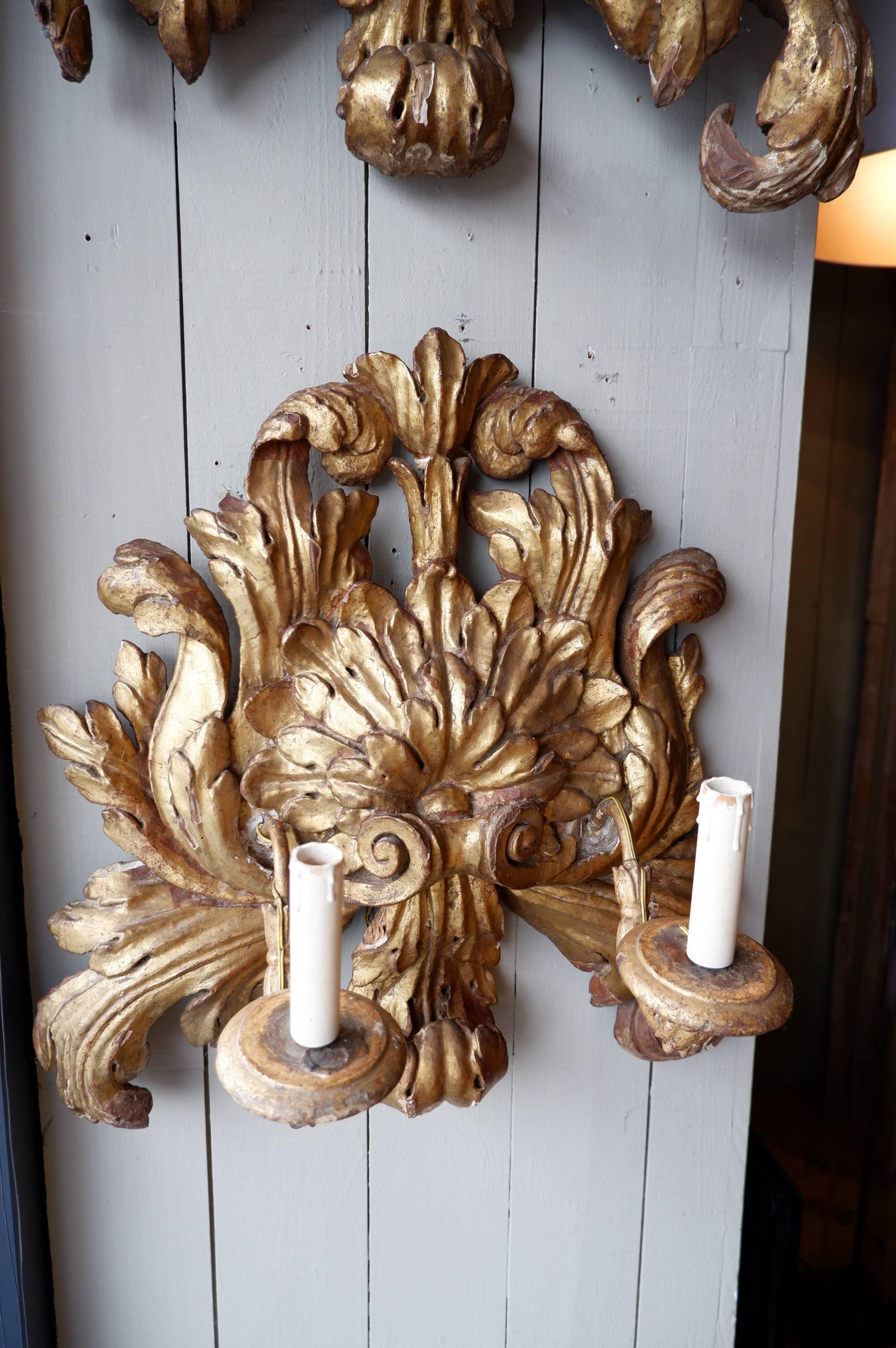 Paire de grandes appliques en bois sculpté et doré ca.1800
