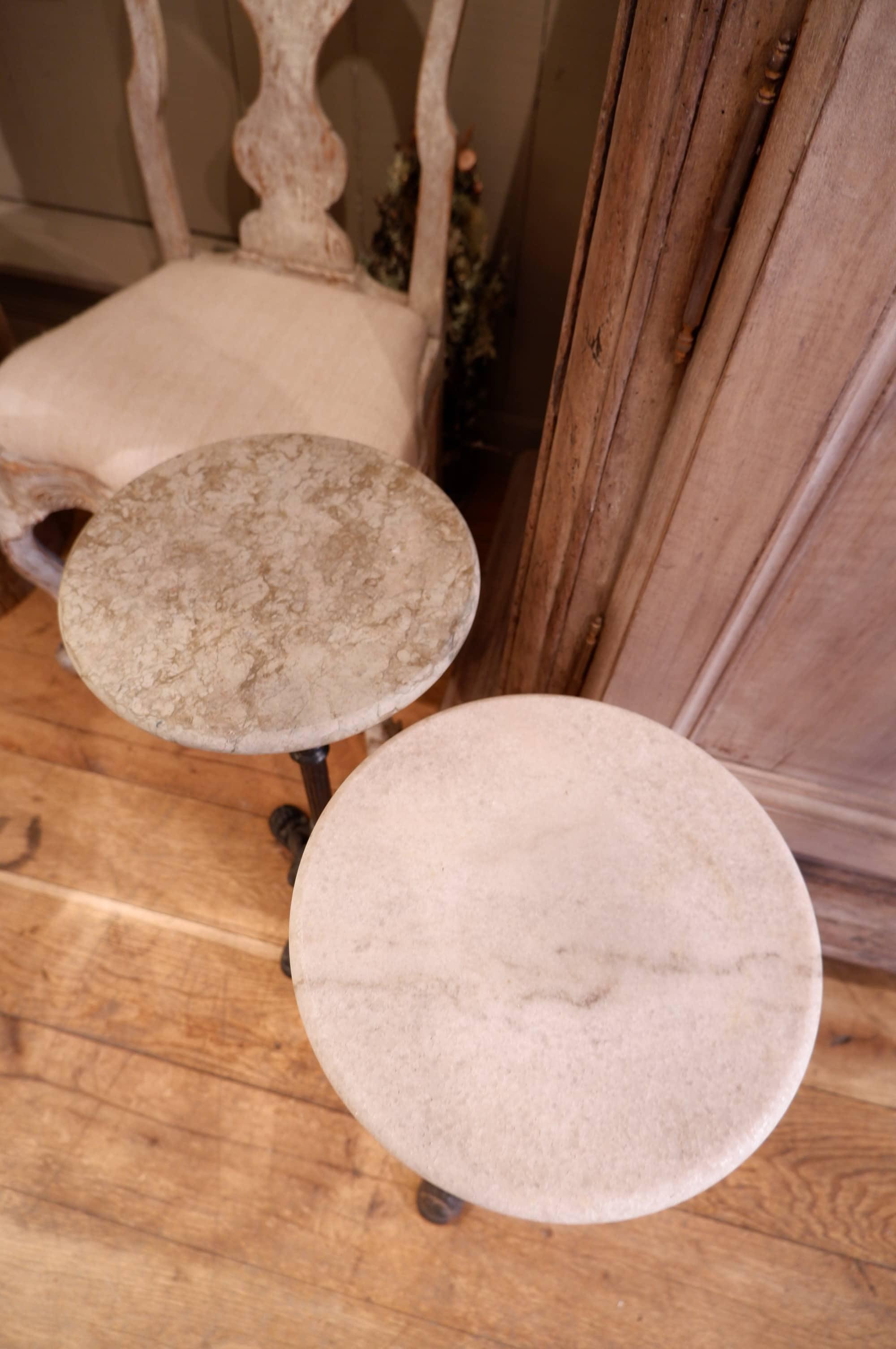 Paire de petites side-tables ou porte-plantes en fonte et marbre fin XIXe
