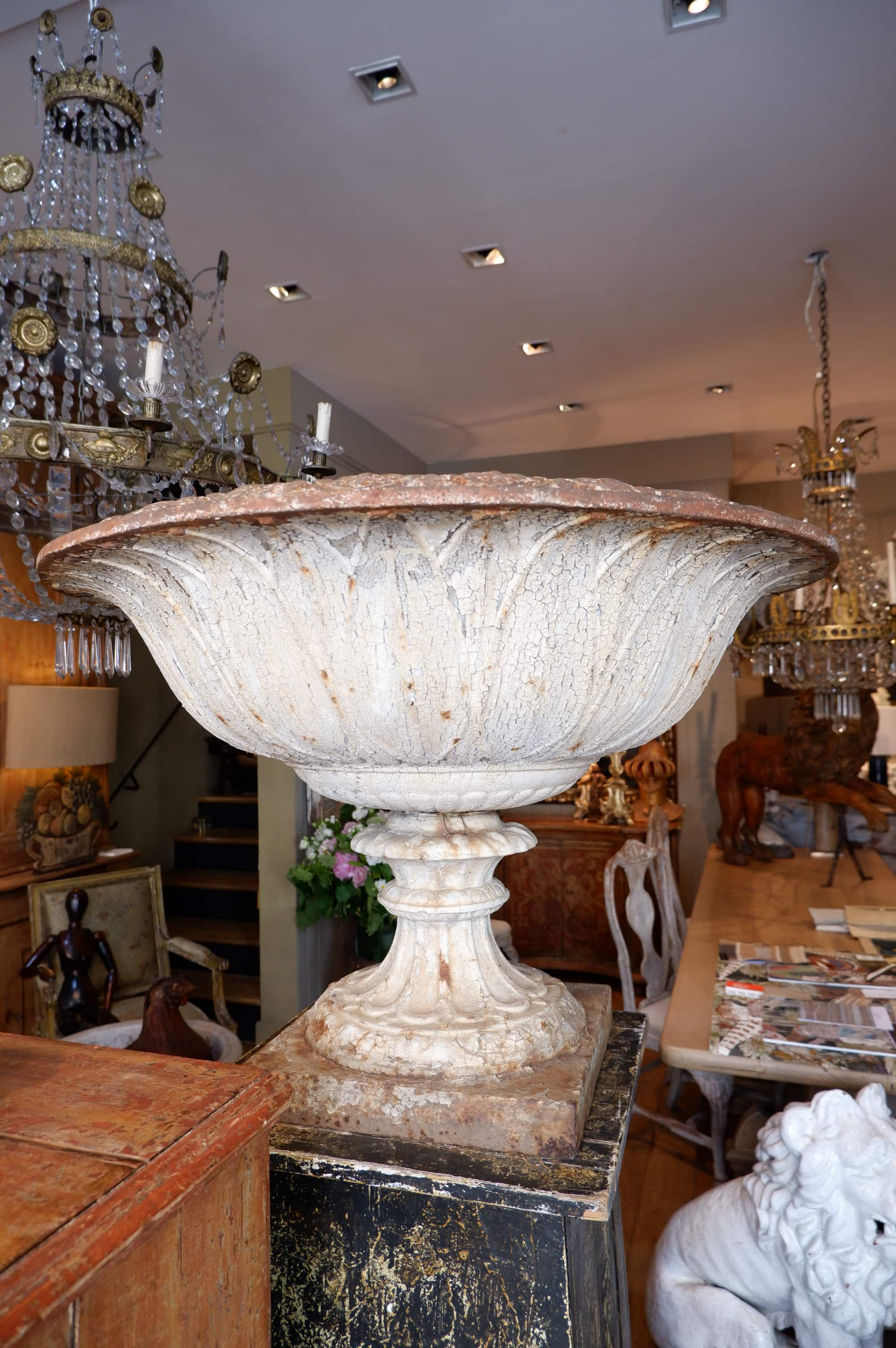 Paire de très larges vasques en fonte début XIXe décor large palmes