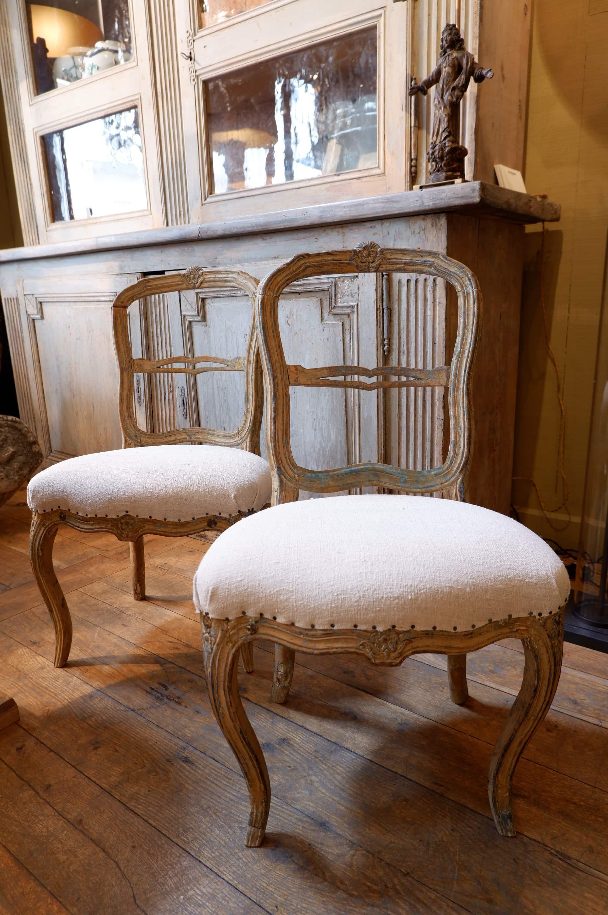 Paire de chaises gustaviennes periode Louis XVI roses sculptée ca.1780
