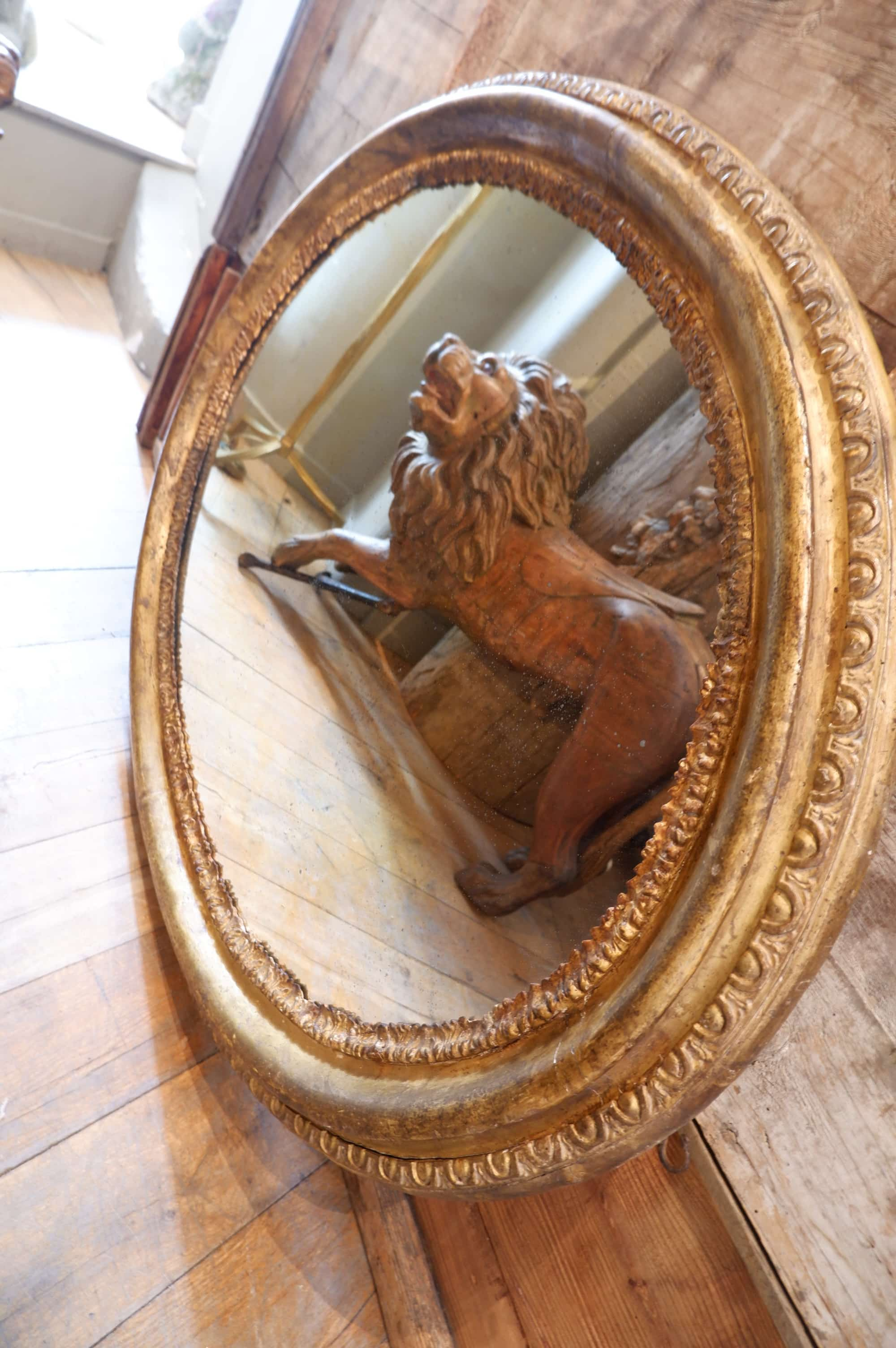 Trés grand miroir ovale cadre en bois dore milieuXIXE