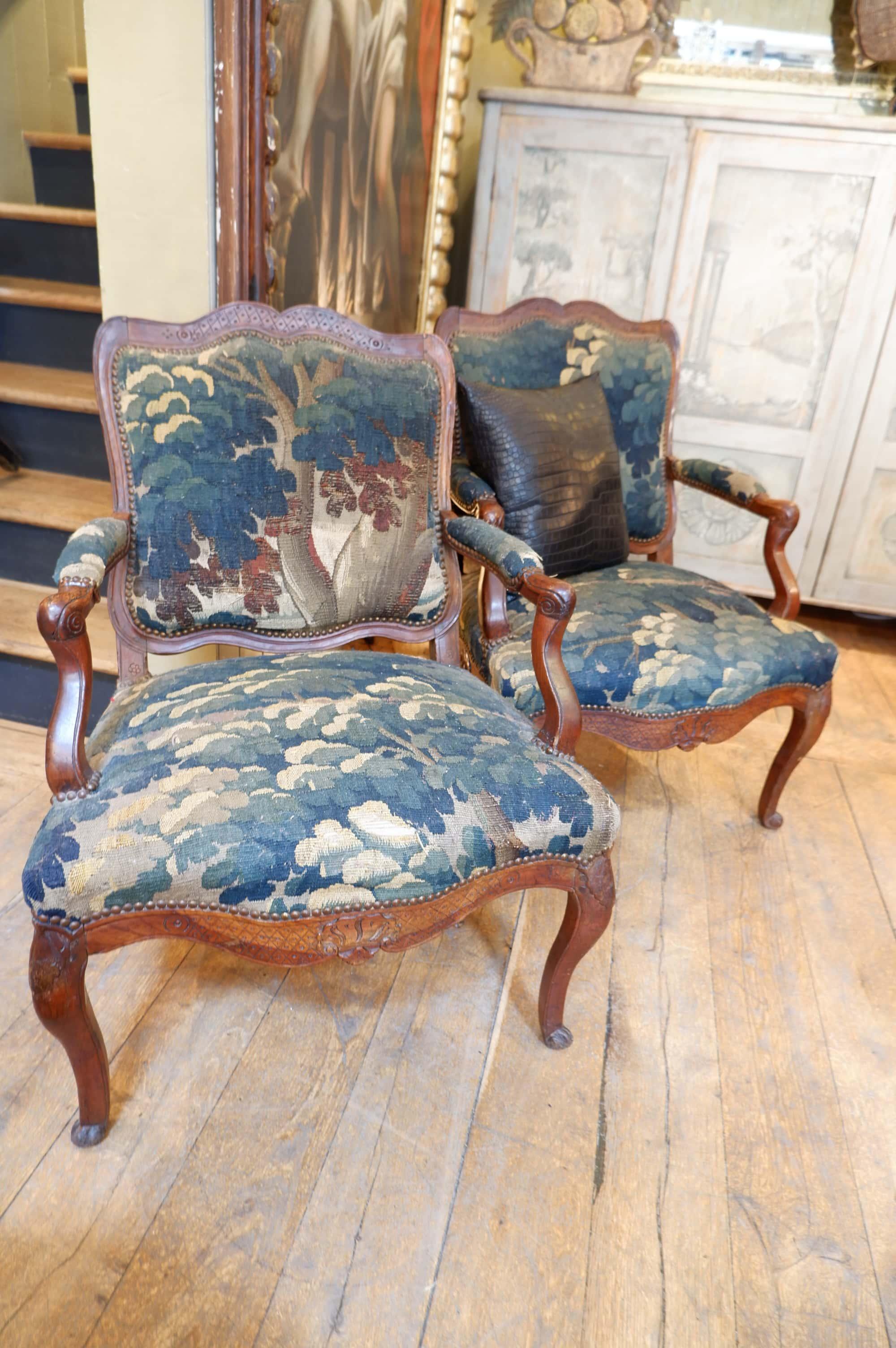 Paire de fauteuils en noyer recouverts de tapisseries en verdures ca.1750