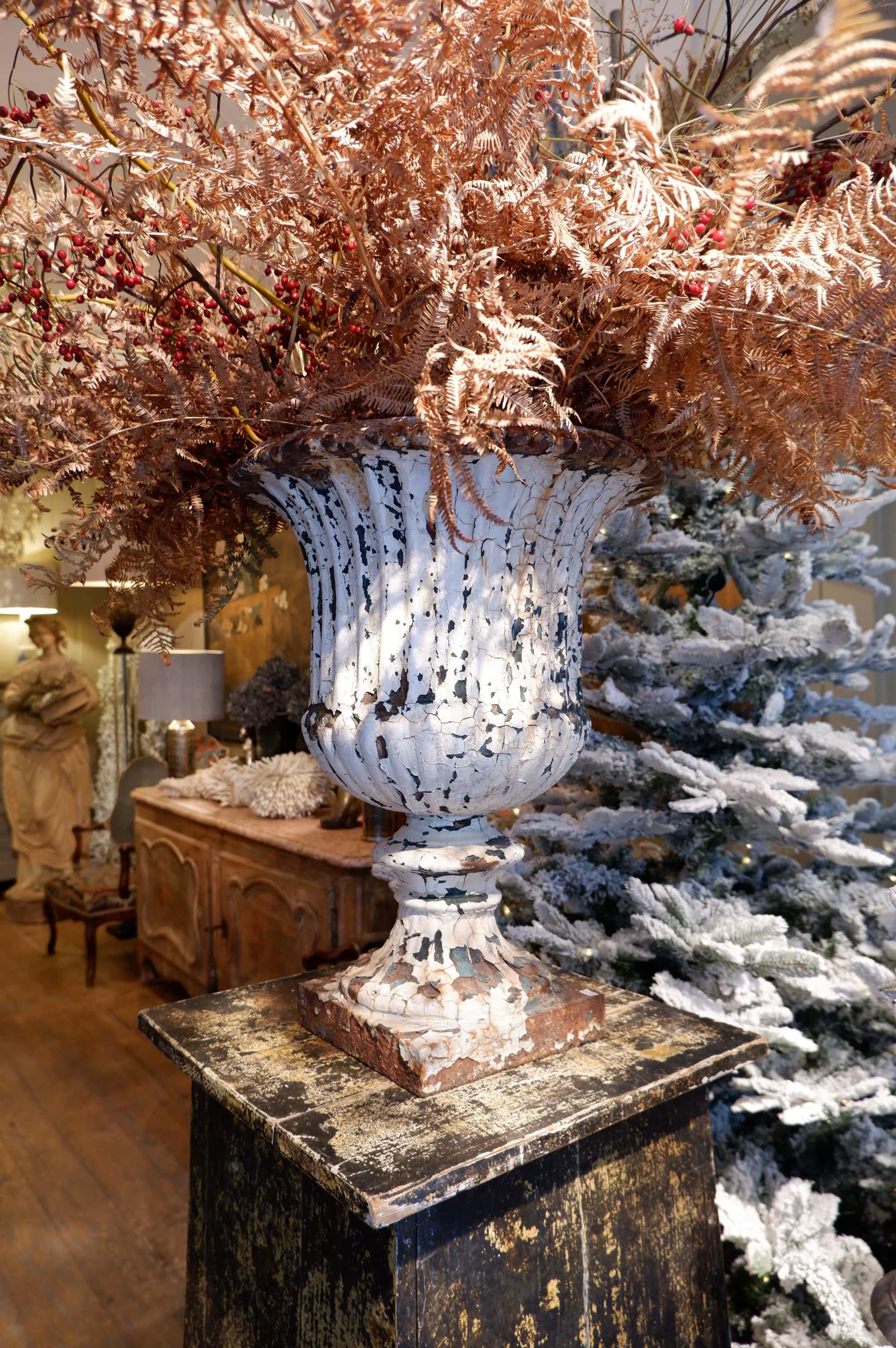 Paire de grands vases à godrons patine blanche début XIXe