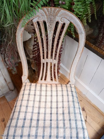 Paire de chaises gustaviennes patine bleu pâle en bois sculpté – ca.1800