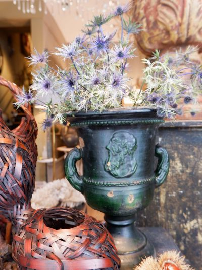 Paire de vases néo-classiques en terre cuite émaillée vert foncé XIXe