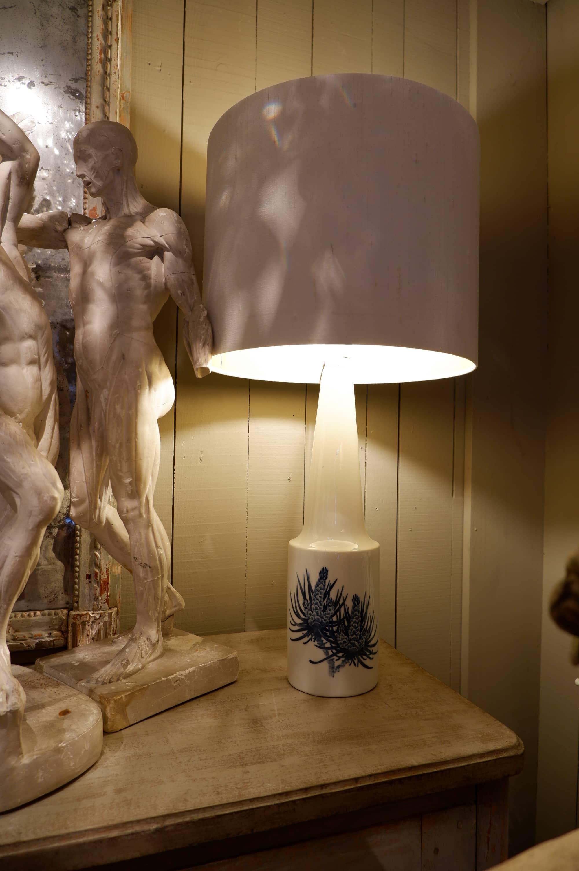 Paire de lampes en porcelaine décor bourgeon de pin ca.1950