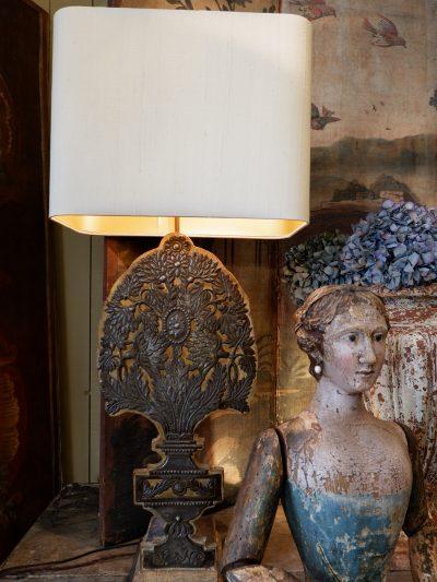 PAIRE DE LAMPES BOUQUETS PLATS SUR PANNEAU DE BOIS+ AJ EN SOIE OR PALE
