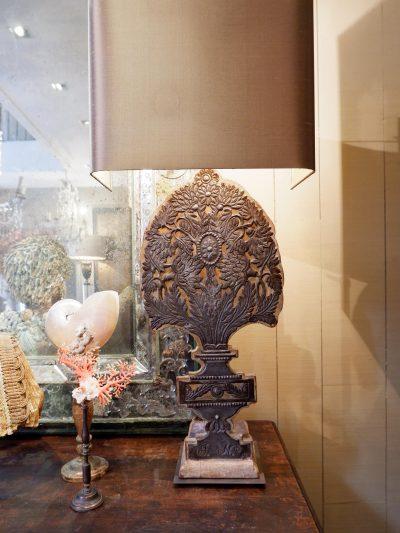 PAIRE DE LAMPES BOUQUETS PLATS SUR PANNEAU DE BOIS+ AJ ECRAN EN SOIE MORDOREE