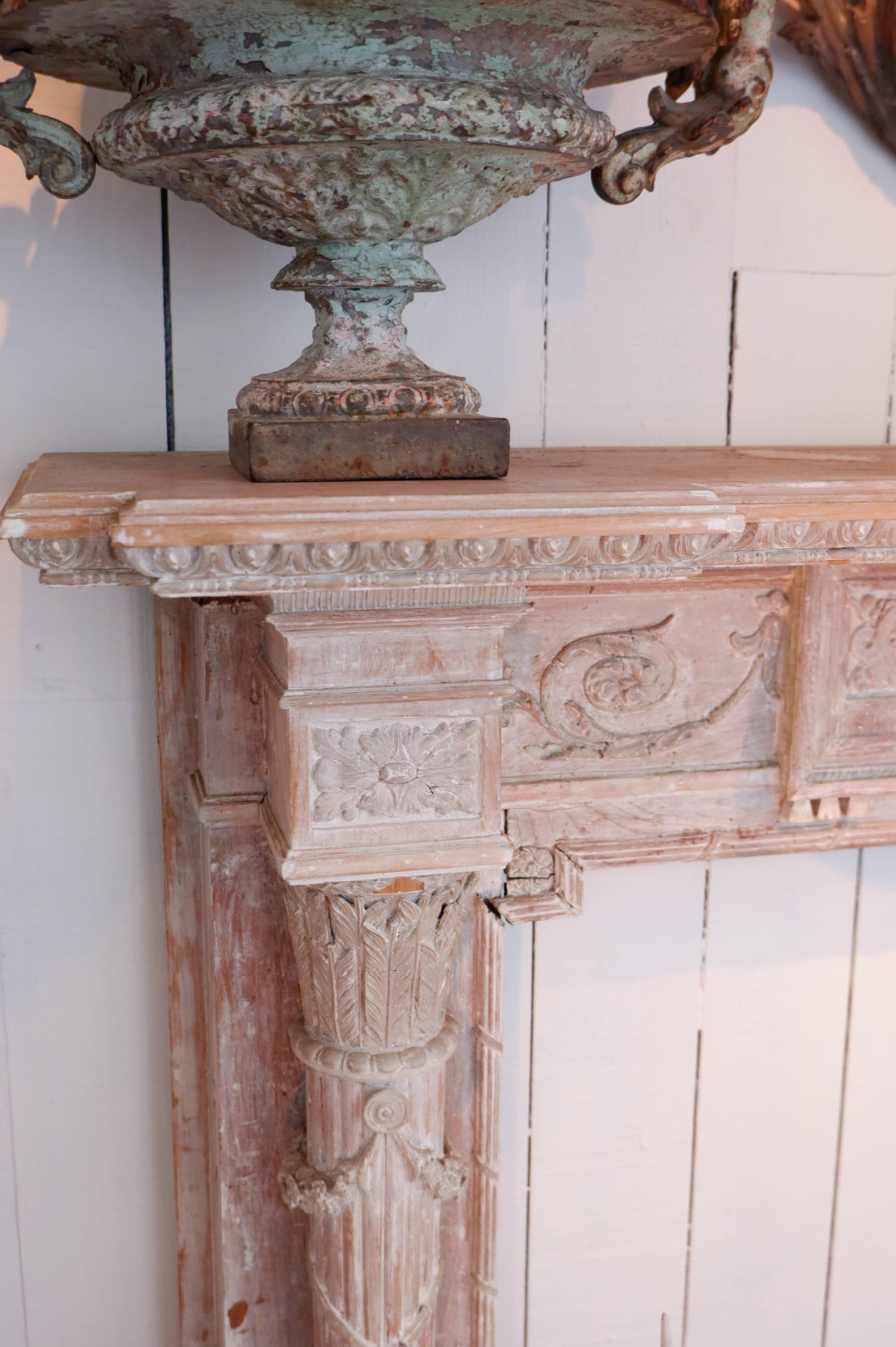 Cheminée d'époque directoire en bois laqué blanc – décor sculpté