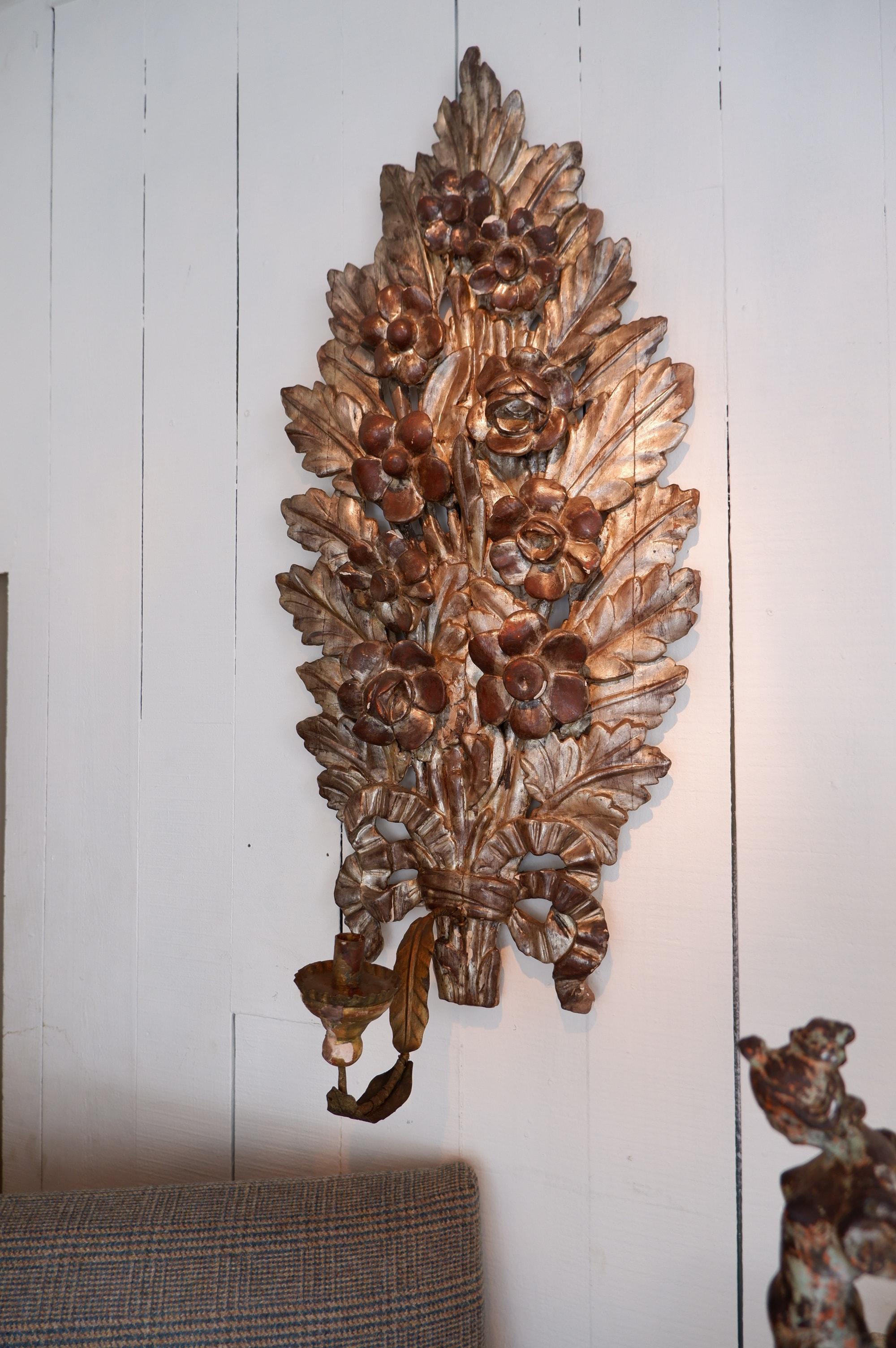 Paire de grandes appliques bouquets en bois sculpté feuille d'argent XVIIIE