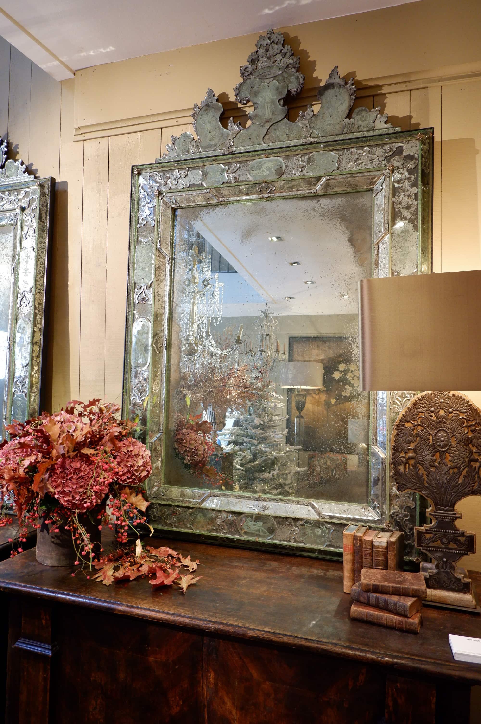 Paire de très grands miroirs Vénitiens au décor gravé -Murano époque XVIIIe