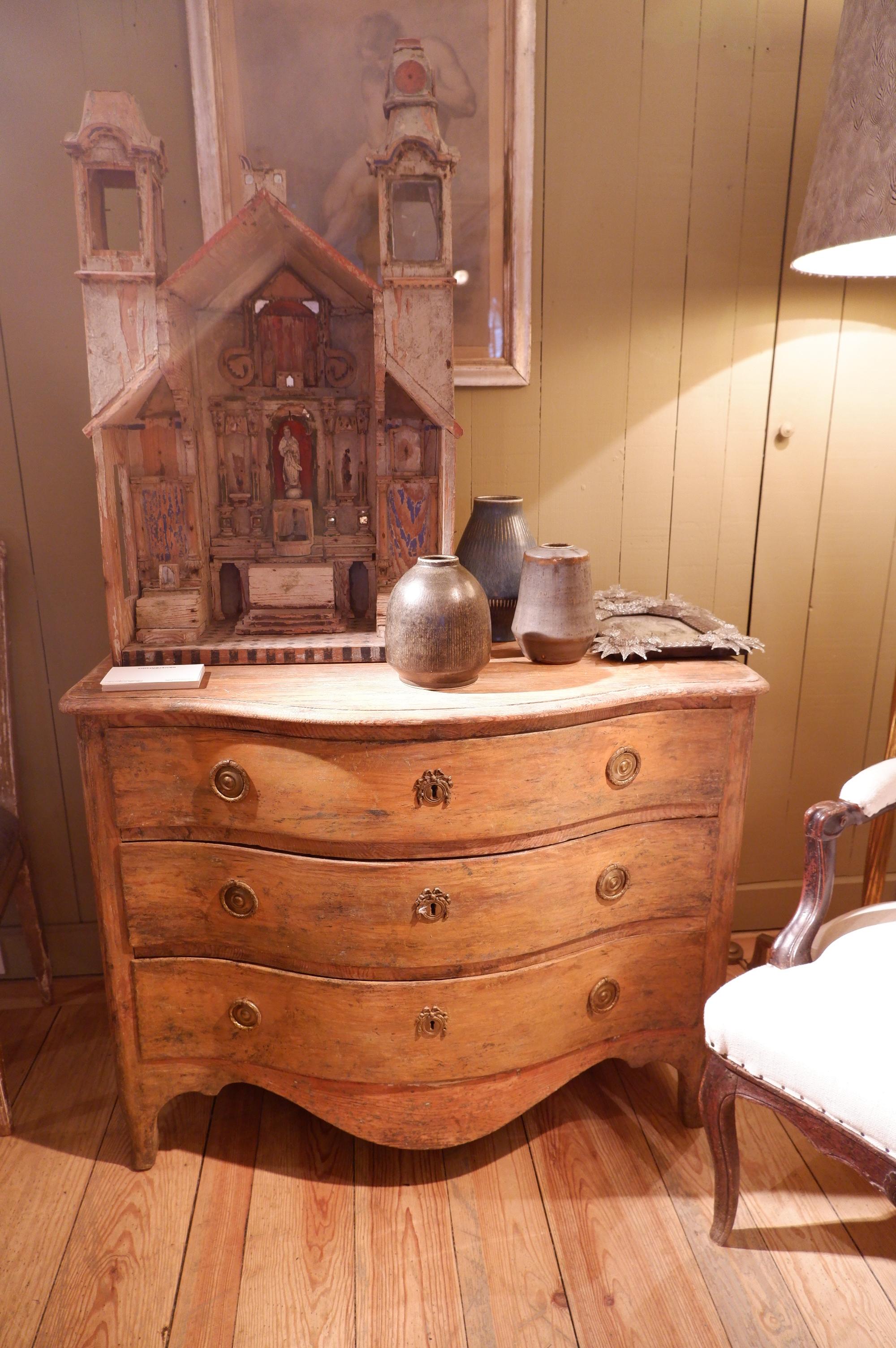 Petite commode gustavienne à 3 tiroirs en bois naturel XIXe