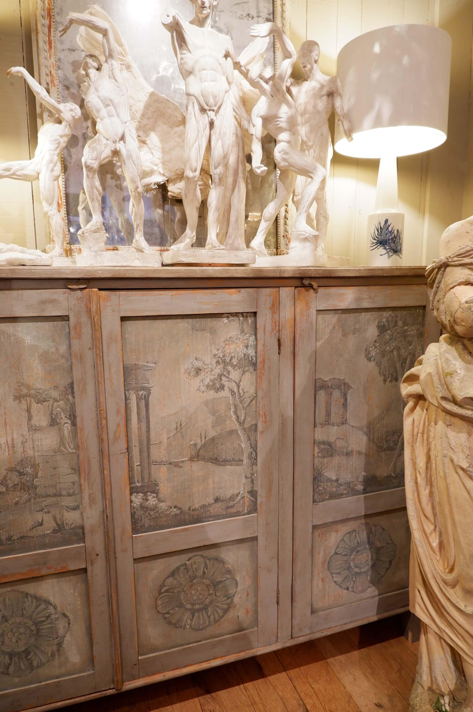 Grand buffet haut Gustavien à 3 portes décor peint en grisailles ca.1800