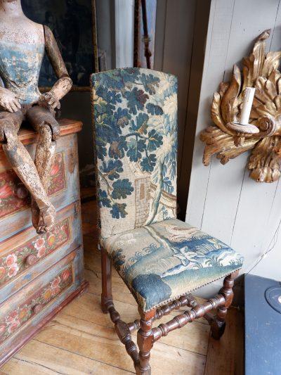 Chaise Louis XIII recouverte de tapisserie verdure