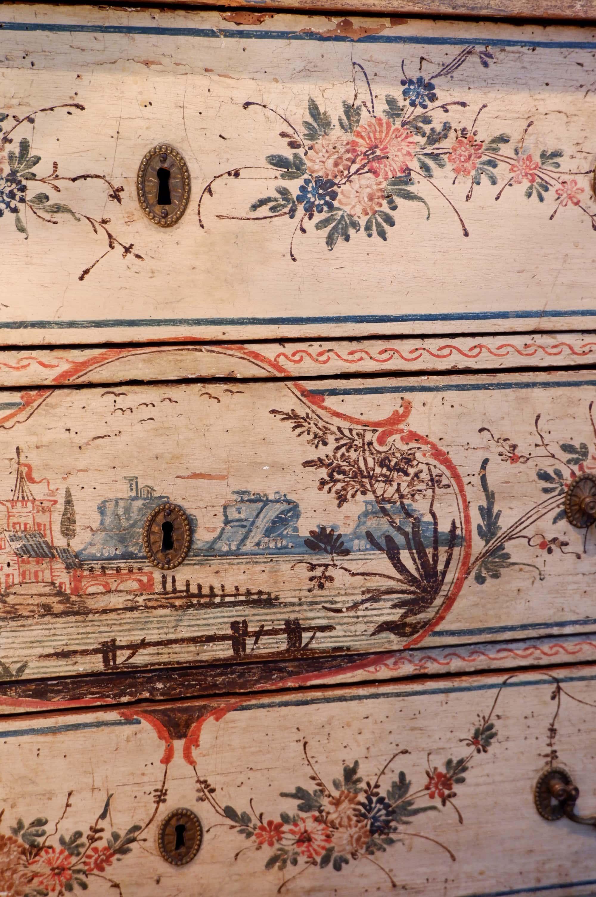 Commode d'entrée laque Vénitienne polychrome fond ivoire d'époque XVIIIE