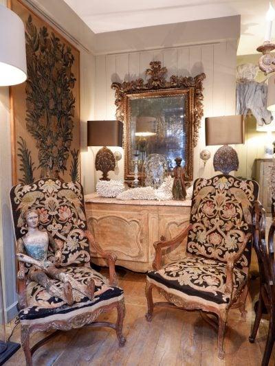 """Paire de grands fauteuils XVIIIe recouverts d'une tapisserie au point """"perroquets"""""""