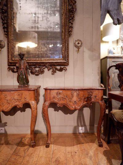 Paire de consoles en chataîgnier sculpté et marbre rouge porphyre XVIIIE