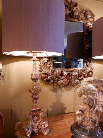 Paire de lampe pique cierges en bois sculpté à la feuille d'argent + AJ soie grise
