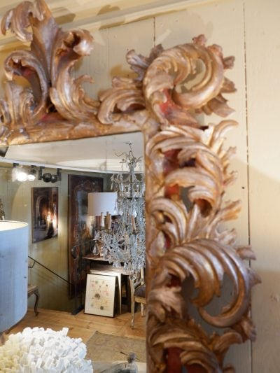Miroir italien à feuilles d'acanthes – bois sculpté à la feuille d'argent milieu XIXe