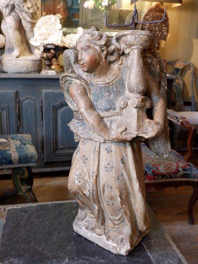 Ange porte flambeau en pierre sculptée polychrome – Italie époque XVIIE